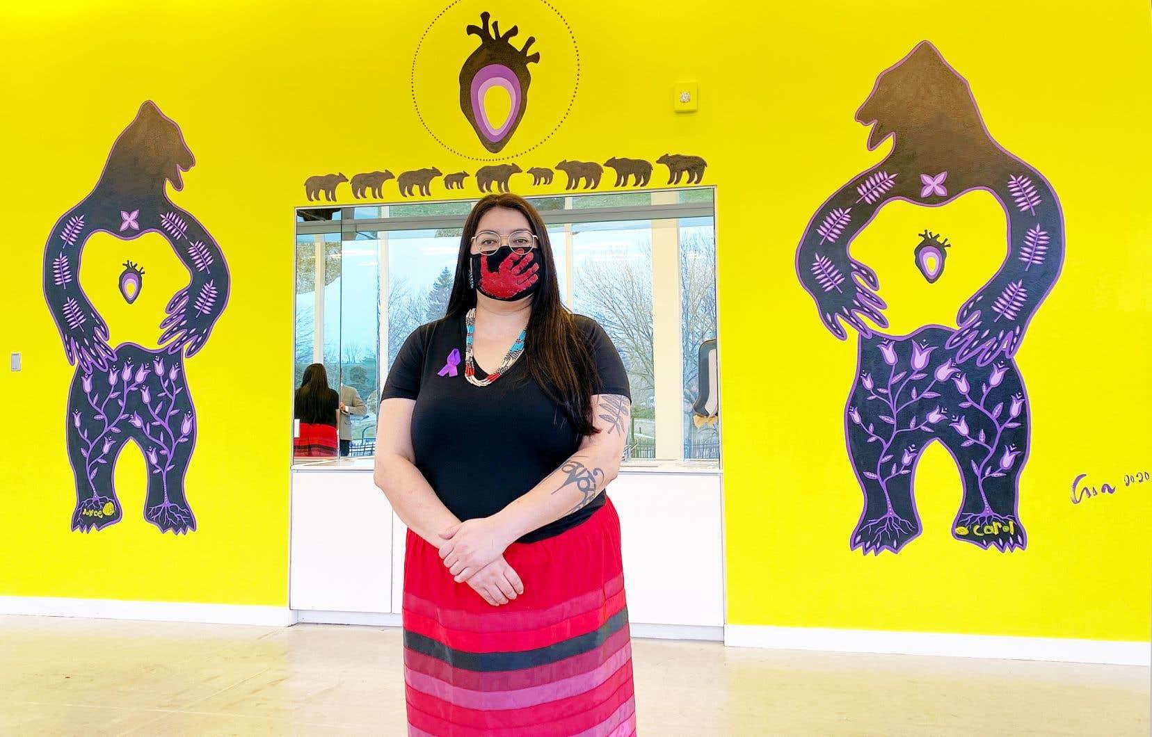 Née en1980 d'une mère francophone et d'un père attikamek, l'artiste Eruoma Awashish était déjà connue du Musée d'art de Joliette. Elle y avait exposé en janvier 2019 dans le cadre de l'exposition collective «De tabac et de foin d'odeur», du commissaire wendat Guy Sioui Durand. Elle signe cette murale intitulée «Mackwisiwin».