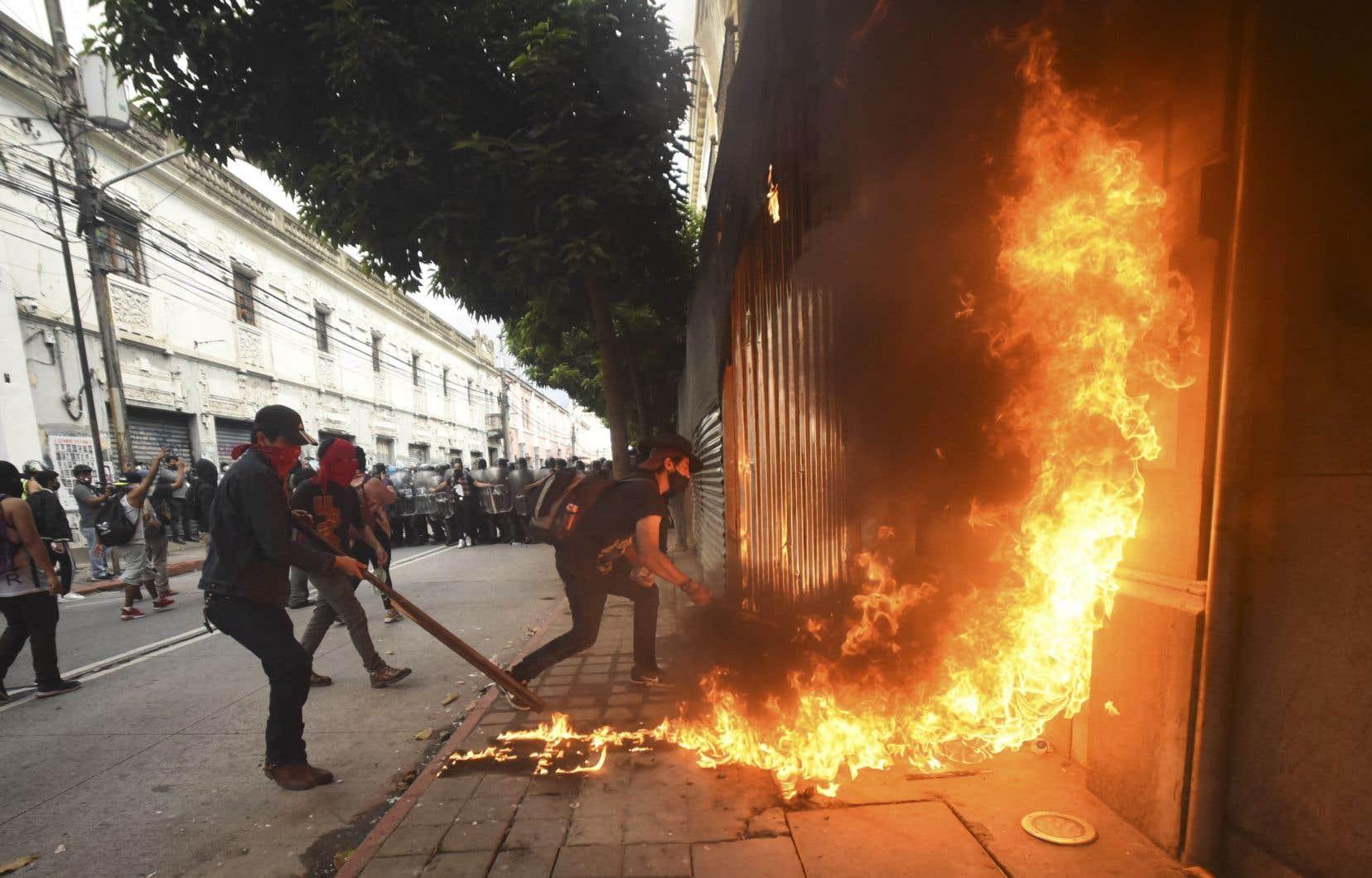Des manifestants ont mis le feu au Congrès à Guatemala Ciudad, samedi.