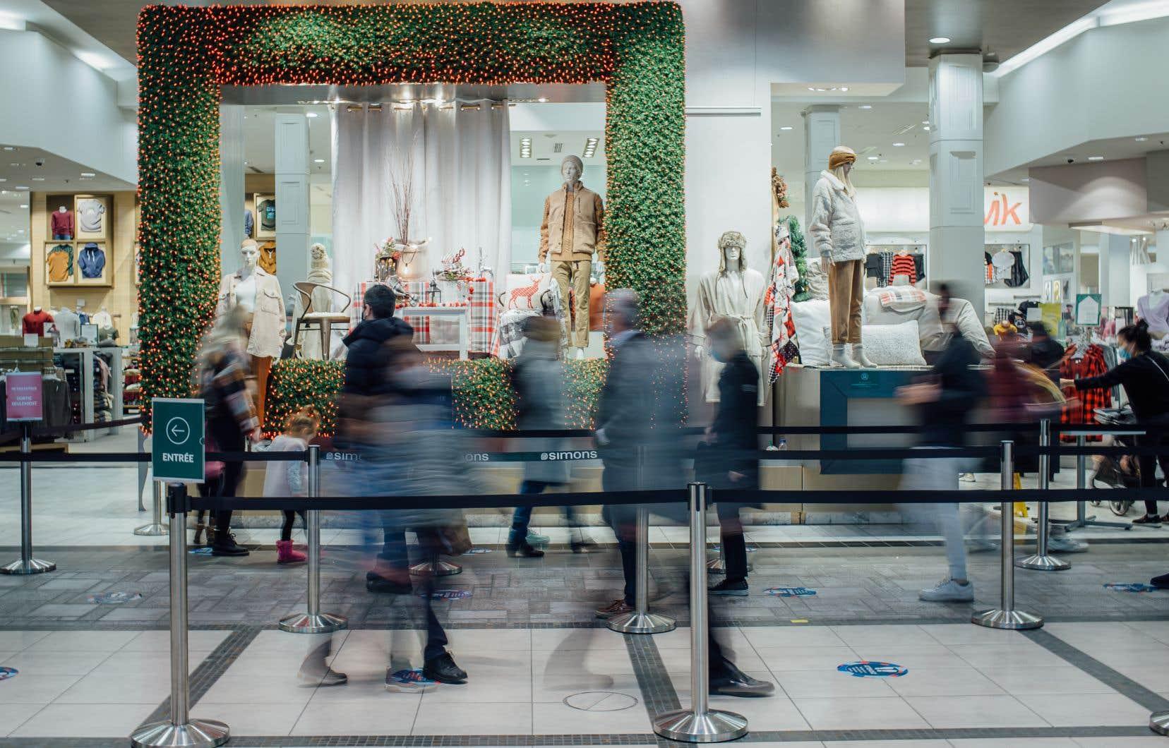 L'achalandage dans les centres commerciaux de la grande région de Montréal, comme ici au Carrefour Laval, était supérieur cette fin de semaine à celui des dernières semaines, mais cependant très loin des niveaux pré-COVID-19 pour la même période de l'année.