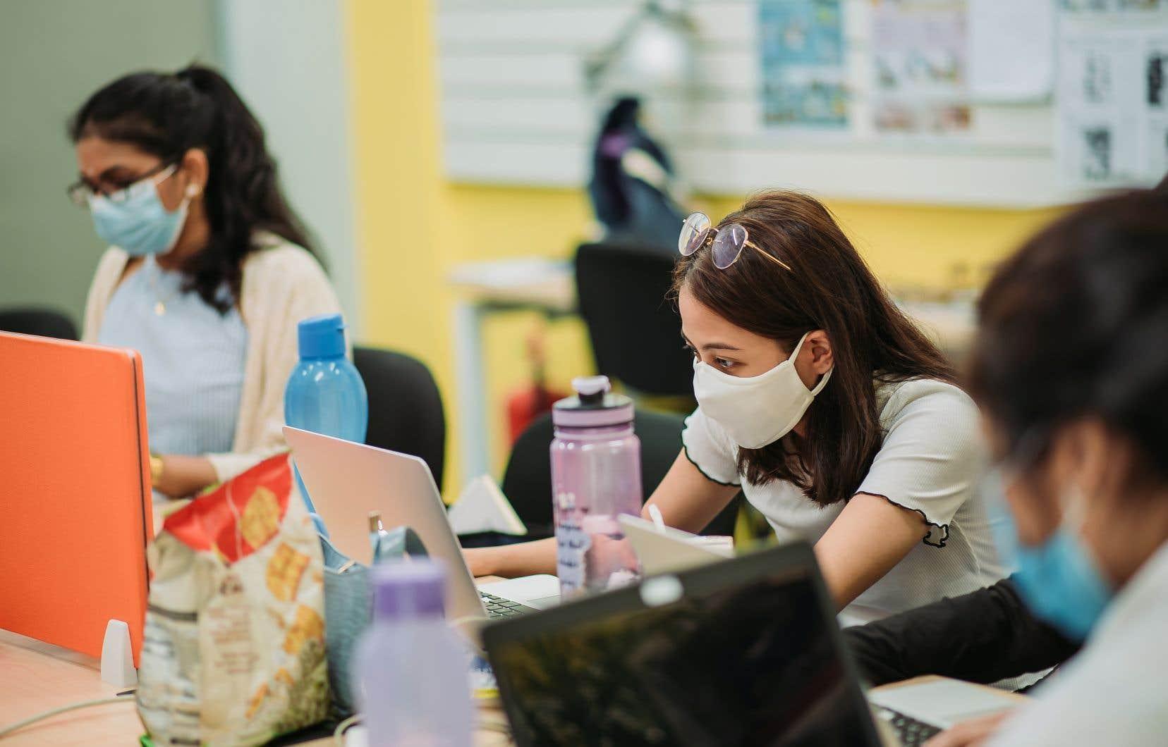 La pandémie a fait bondir le temps que passent les jeunes devant leurs tablettes et leurs ordinateurs.