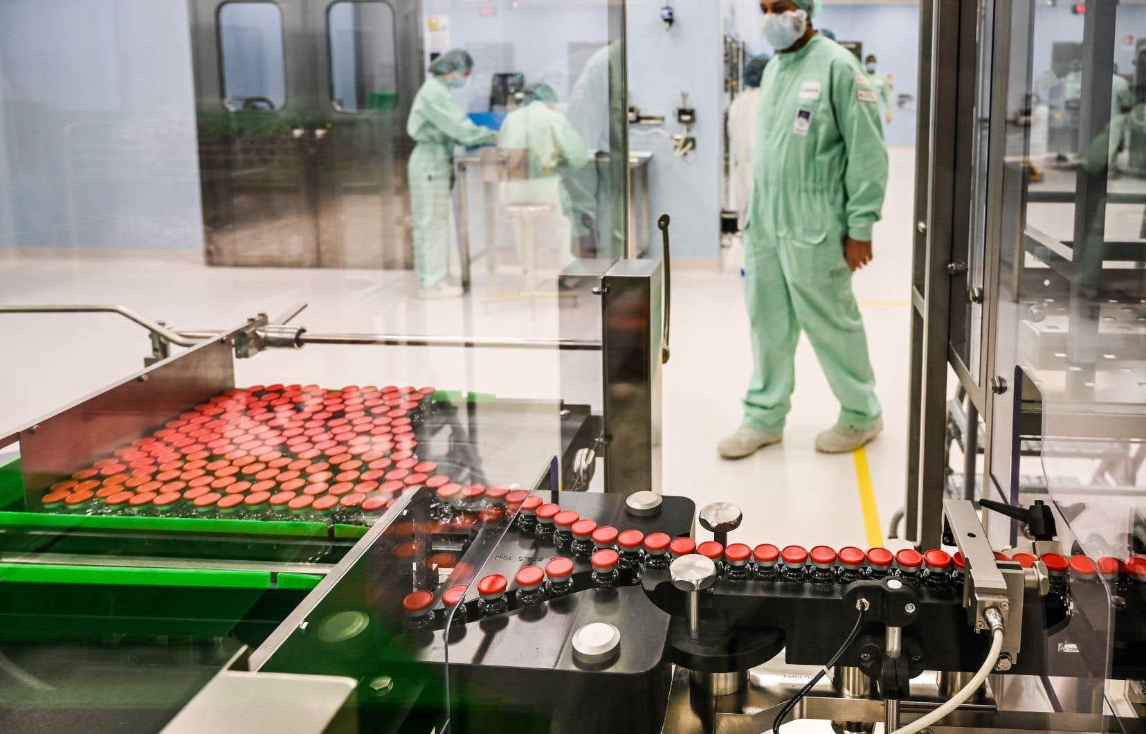 Un technicien supervisant les essais au laboratoire de l'Université Oxford consacré à la fabrication du vaccin avec AstraZeneca.
