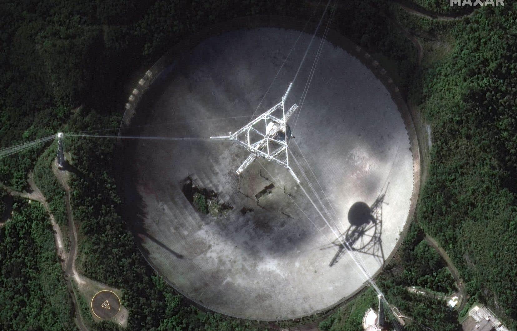 Le célèbre télescope d'Arecibo, à Porto Rico, menace de s'effondrer après la rupture de deux câbles de soutien.