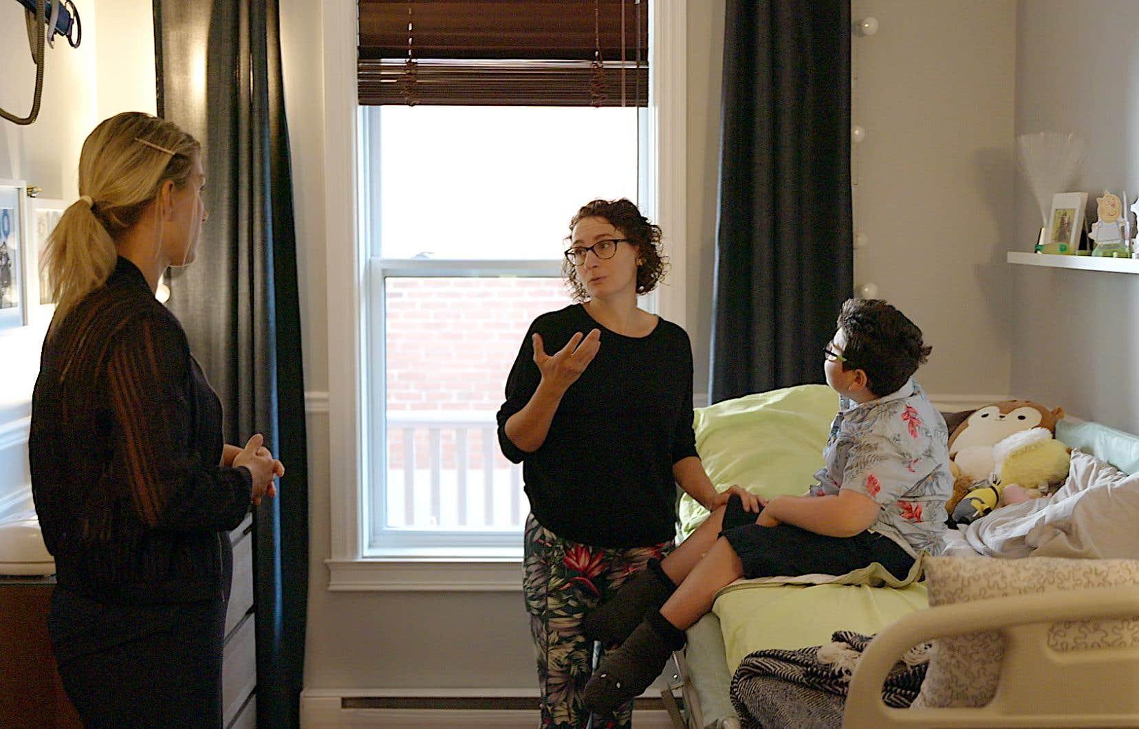 Ingrid Falaise (à gauche) recueille le témoignage de Nathalie Richard, une des participantes au documentaire «Guerrières».