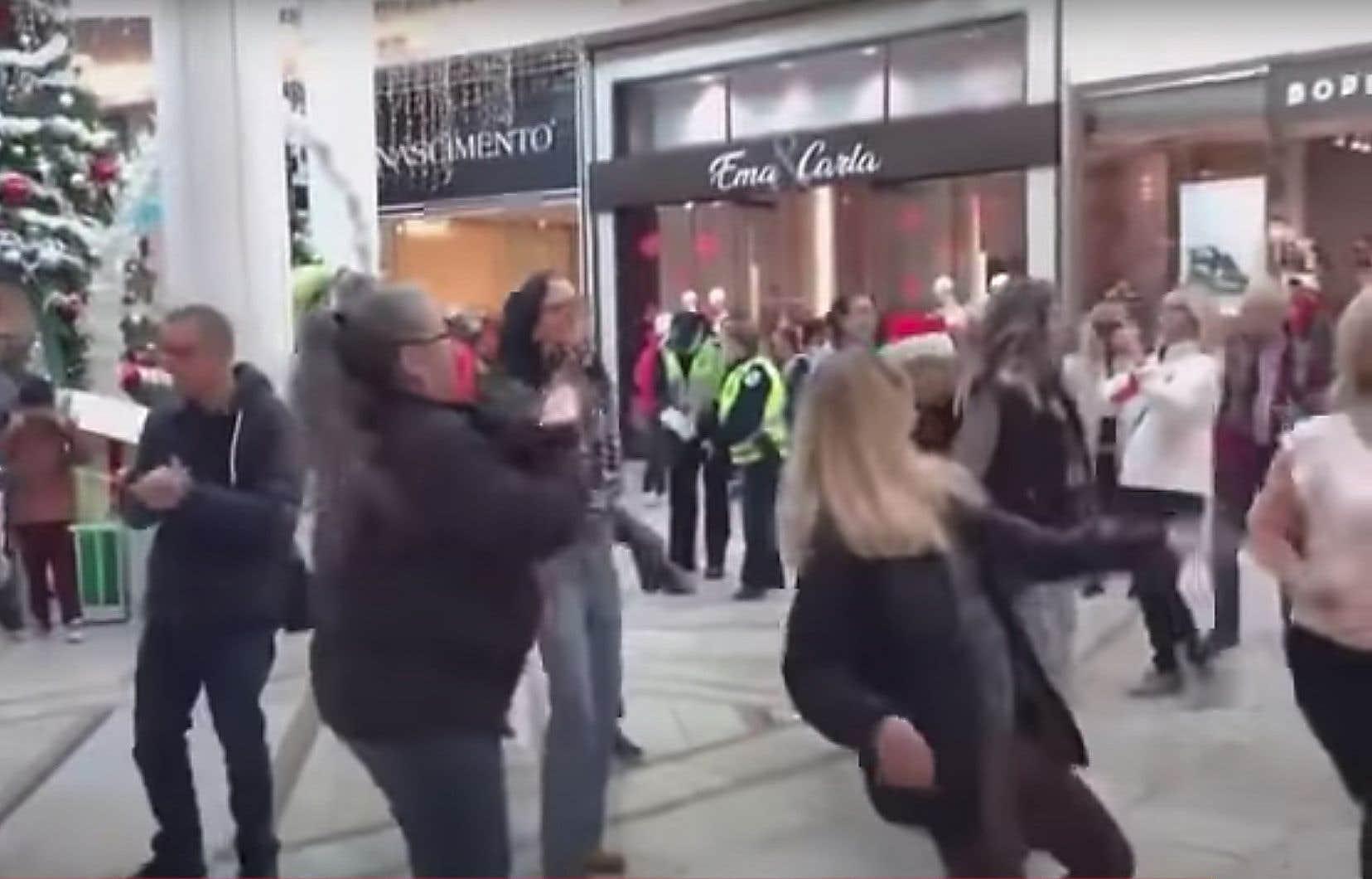 Des policiers ont dispersé samedi après-midi une trentaine de manifestants qui dansaient depuis quelques minutes sans respecter les mesures sanitaires à la Place Rosemère, un centre commercial au nord de Montréal.