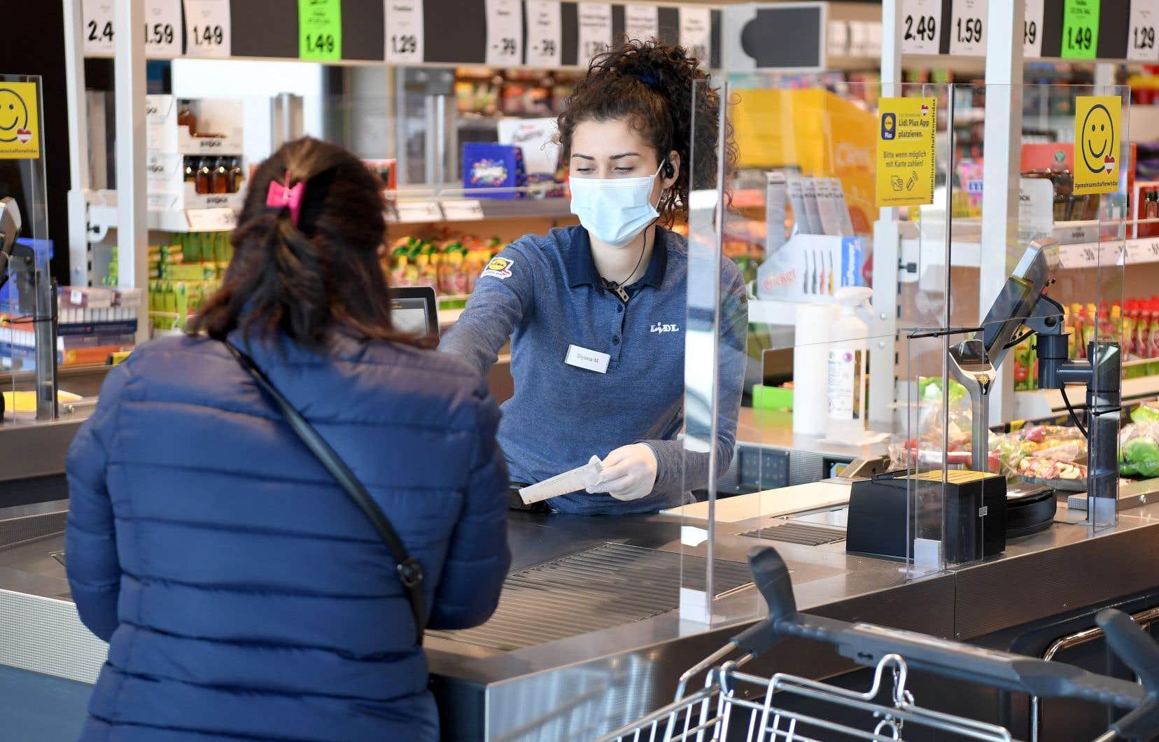 Dès le début de la pandémie, des équipes de chercheurs de l'IRSST ont étudié de nouveaux sujets, comme l'implantation efficace de parois d'acrylique dans les supermarchés.