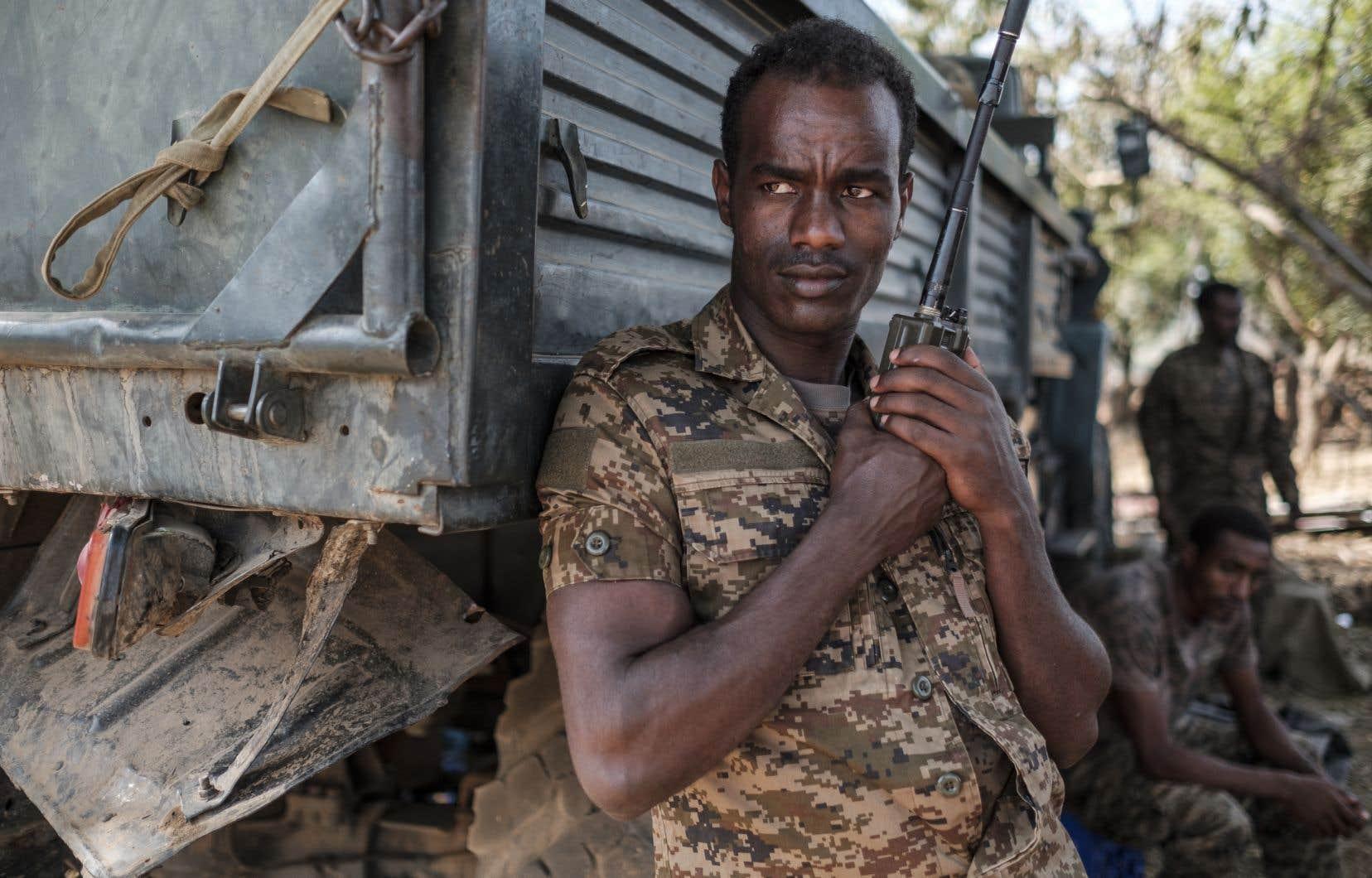 Un soldat de l'armée fédérale éthiopien est photographié debout, un talkie-walkie à la main, au 5e bataillon du commandement nord à Dansha, en Éthiopie.