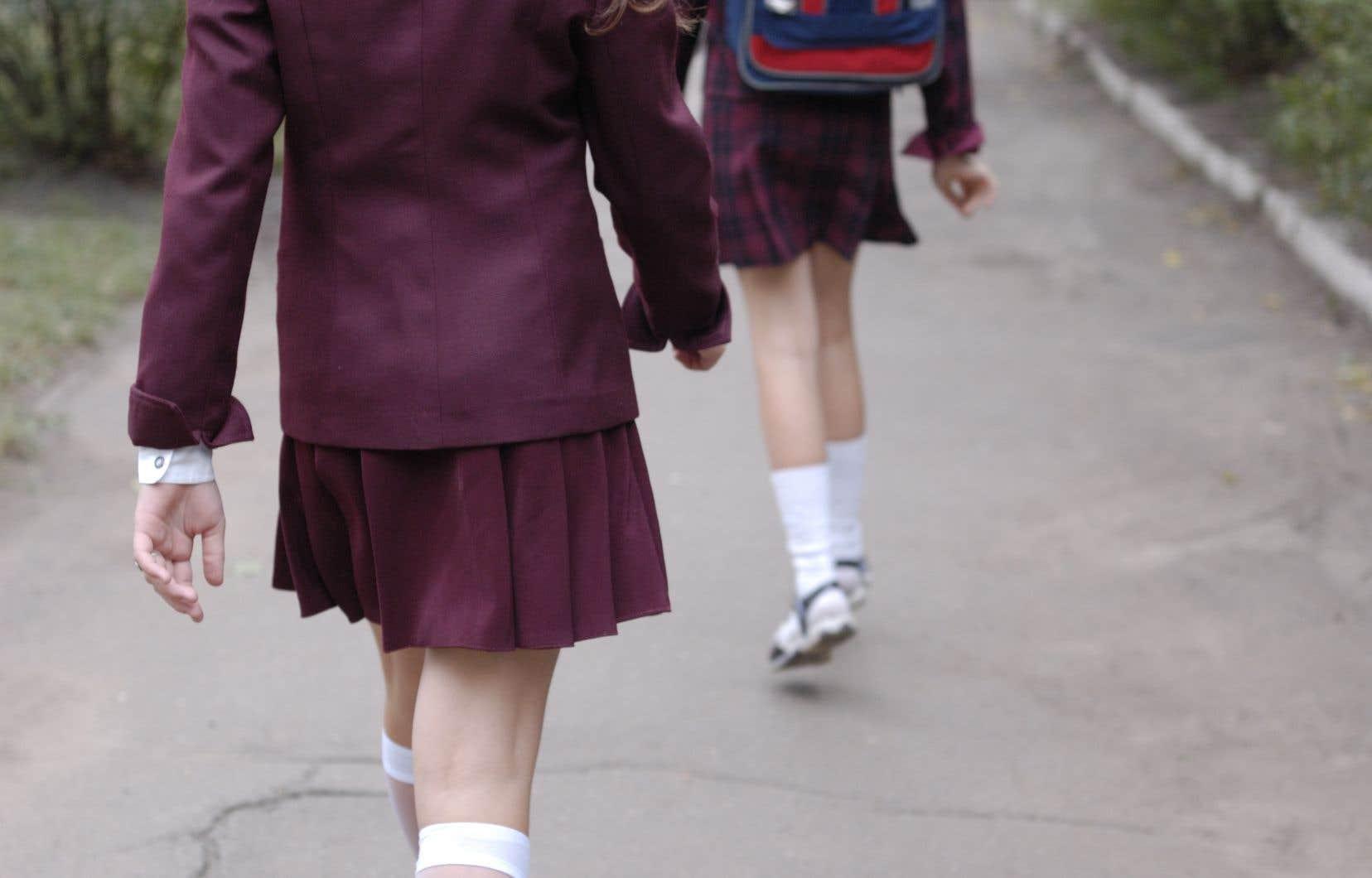 Des adolescentes écossaises ont mené campagne sans relâche en faveur de la gratuité des tampons et serviettes hygiéniques.