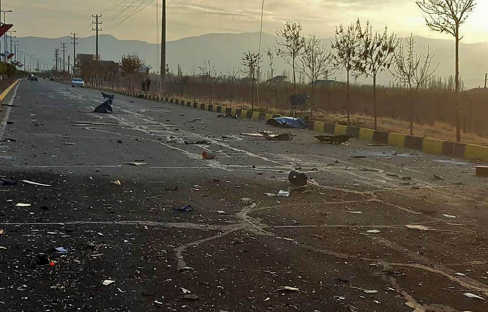 La voiture de l'homme — identifié officiellement comme étant Mohsen Fakhrizadeh, chef du département recherche et innovation du ministère iranien de la Défense — aurait été prise pour cible par plusieurs assaillants.
