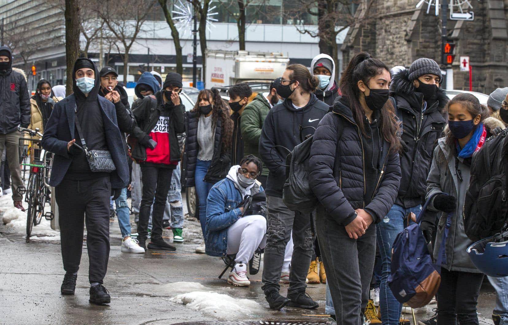 Des milliers de personnes se sont dirigées vers les commerces du Québec pour profiter des soldes du Vendredi fou.