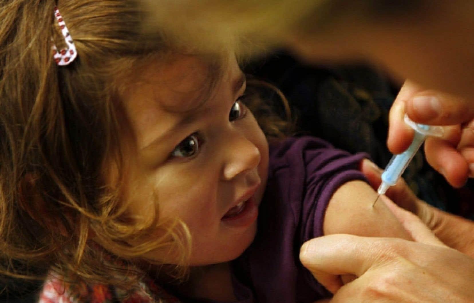 Une fillette est vaccinée contre la grippe H1N1 en novembre 2009. La première pandémie du siècle a entraîné la production massive de médicaments pour une maladie qui n'a fait que quelque 18 449 décès dans 214 pays et territoires depuis son apparition au Mexique en avril 2009.<br />