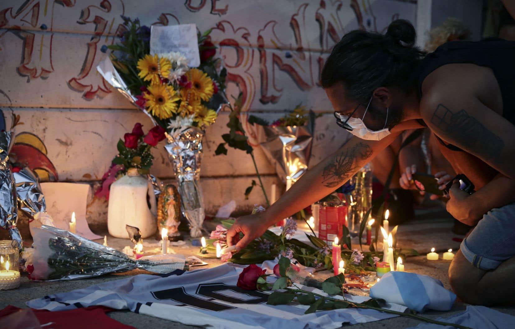 La mort de Diego Maradona a secoué toute l'Argentine. Sur la photo, in autel improvisé dans le quartierLa Paternal, à Buenos Aires.