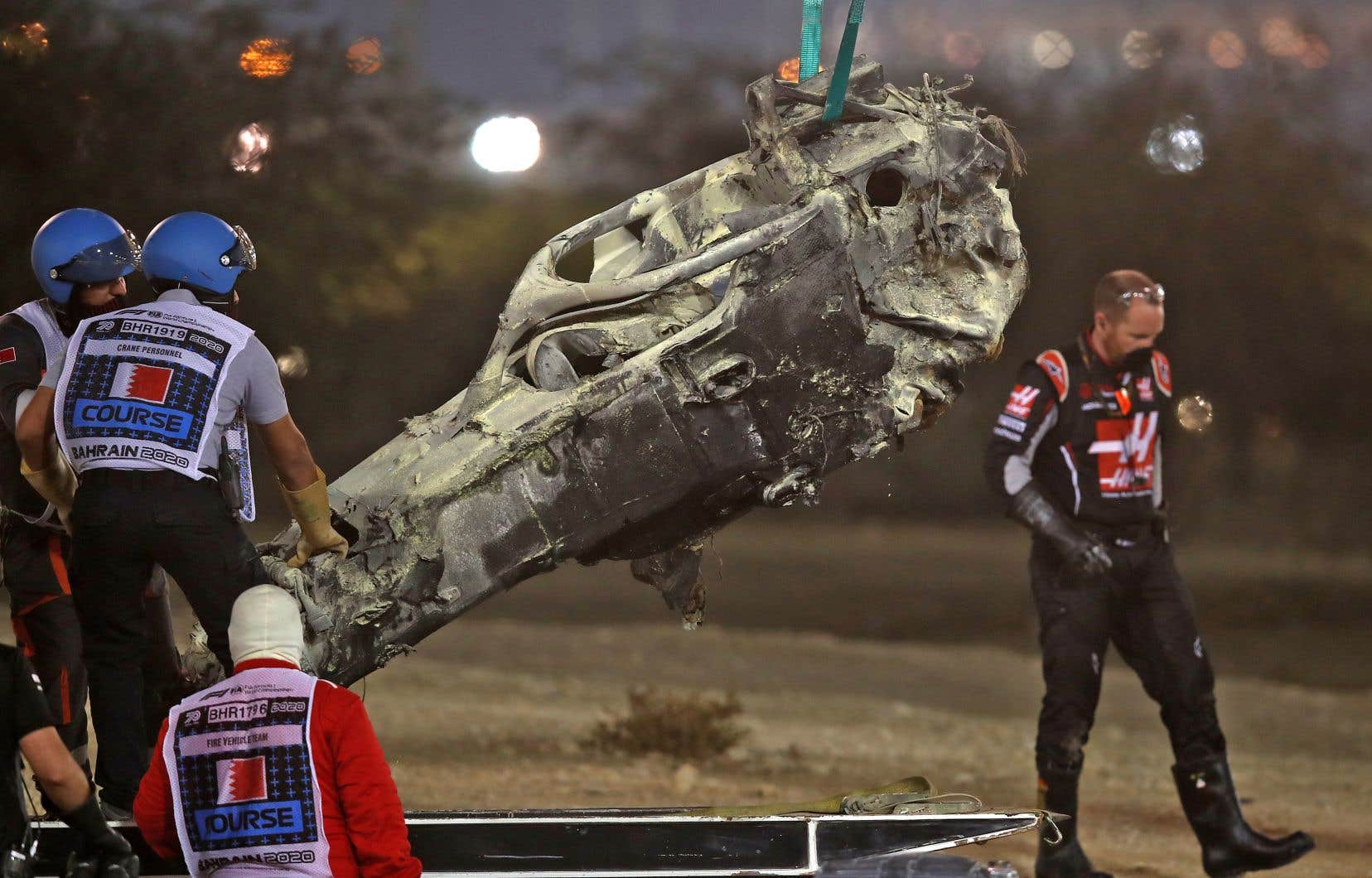 L'habitacle s'est séparé du reste du bolide, avant de s'encastrer dans le rail de sécurité, en flammes. Romain Grosjean est lui-même sorti du véhicule, ne souffrant que de légères brûlures.