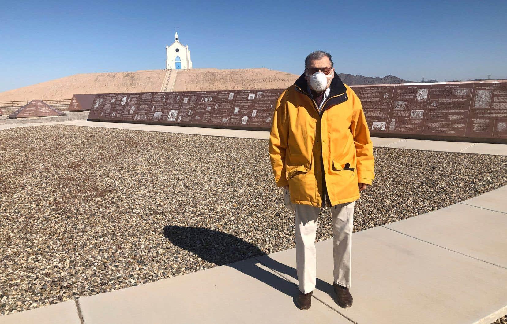 Jacques-André Istel devant son musée, le Museum of History in Granite, situé à Felicity, un minuscule village planté au beau milieu du désert de la Californie.