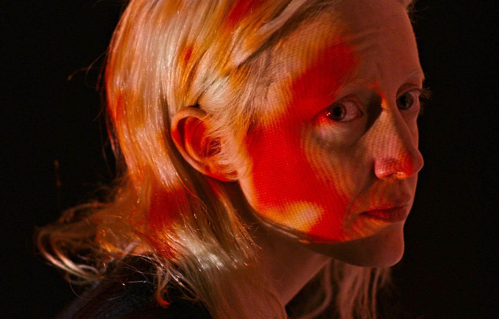 Andrea Riseborough incarne Tasya, une tueuse professionnelle qui s'empare du corps des autres pour parvenir à ses fins.
