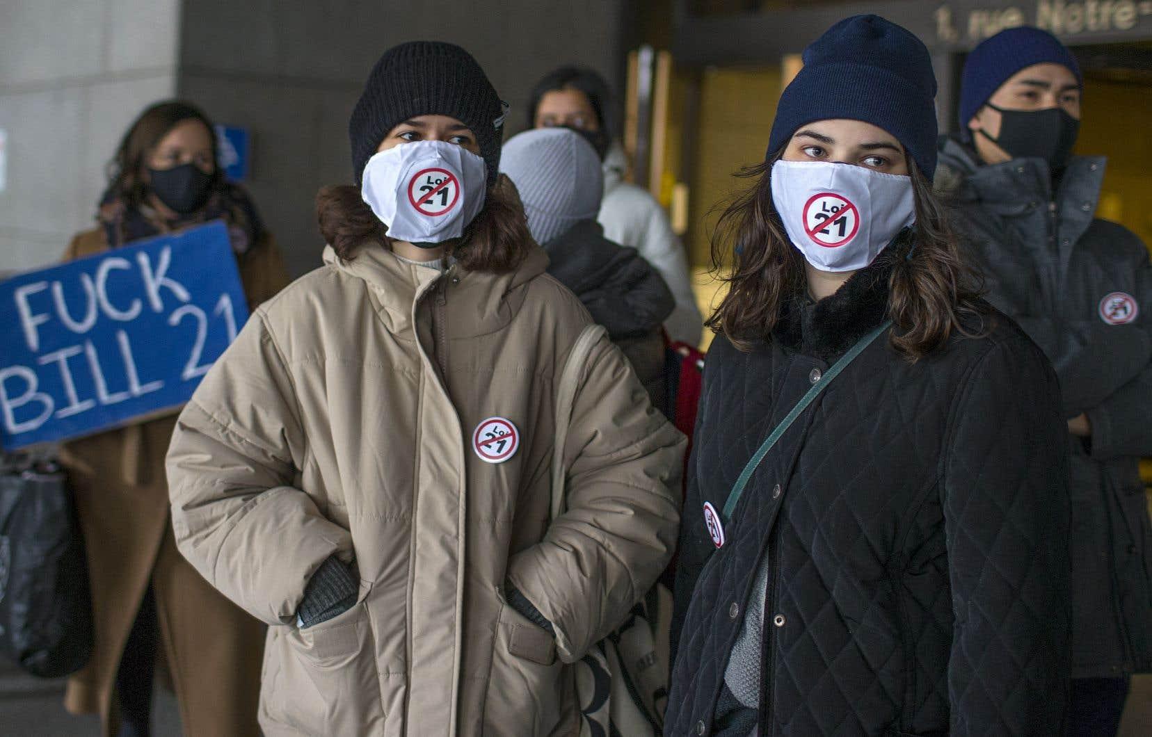 À l'ouverture du procès de la Loi sur la laïcité de l'État, le 2 novembre,quelques dizaines de personnes ont manifesté leur opposition au texte devant le palais de justice de Montréal.
