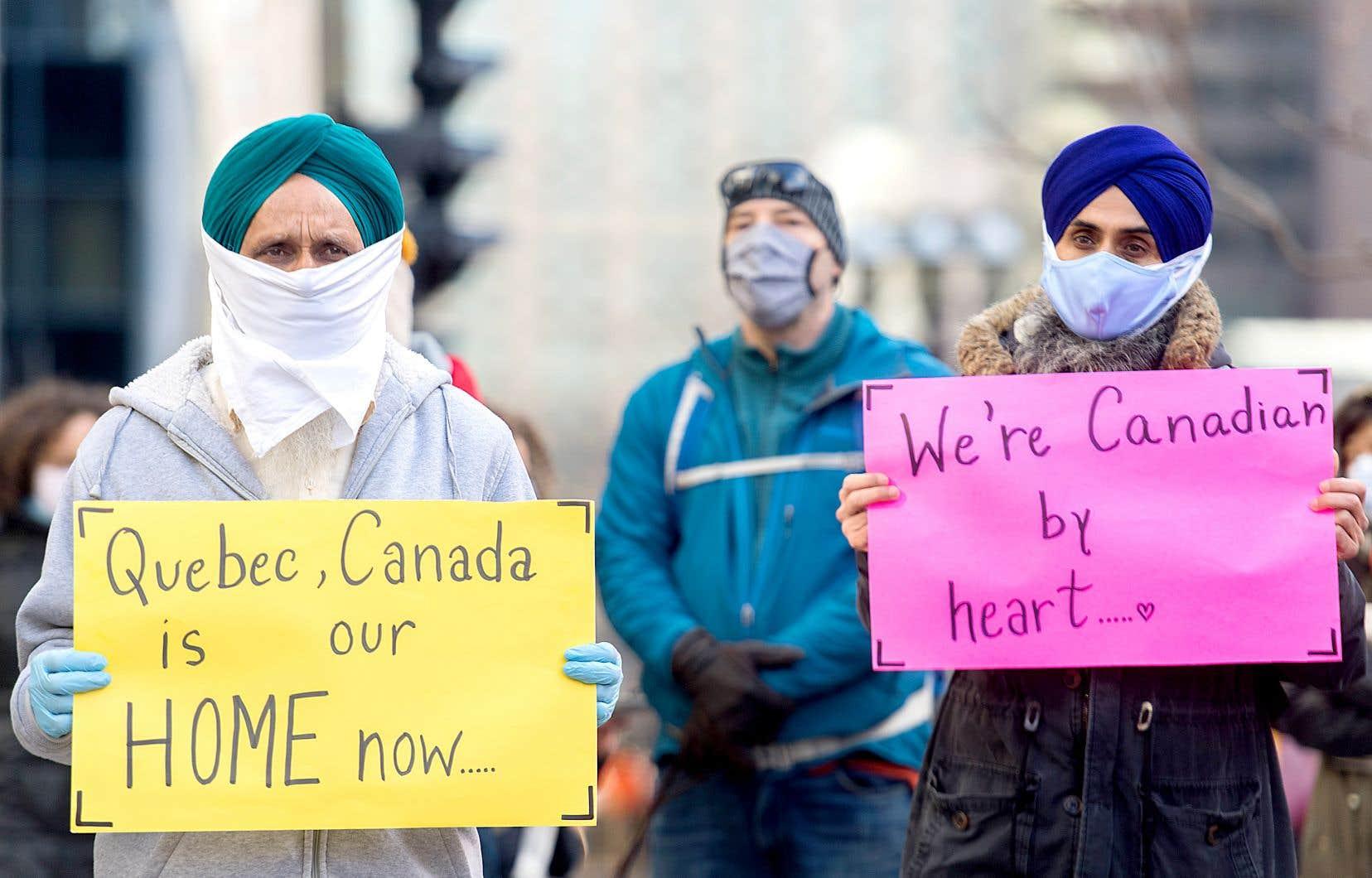 L'Agence des services frontaliers soutient que sa décision de recommencer à appliquer les mesures de renvoi des demandeurs d'asile déboutés est motivée par la réouverture de certains pays. Sur la photo, des manifestants ont réclamé, le 21 novembre, à Montréal, la régularisation du statut d'immigration des travailleurs essentiels.