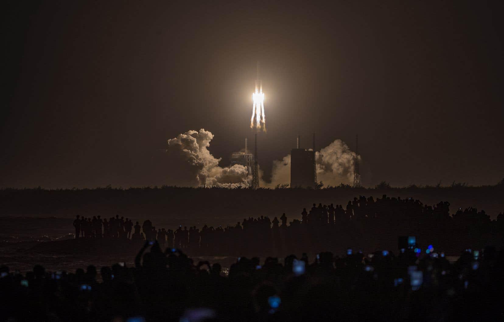 <p>La sonde <i>Chang'e 5</i>, qui a quitté la Terre mardi dernier, a pour objectif de collecter environ 2kg de roches lunaires, notamment en creusant le sol jusqu'à deux mètres de profondeur.</p>