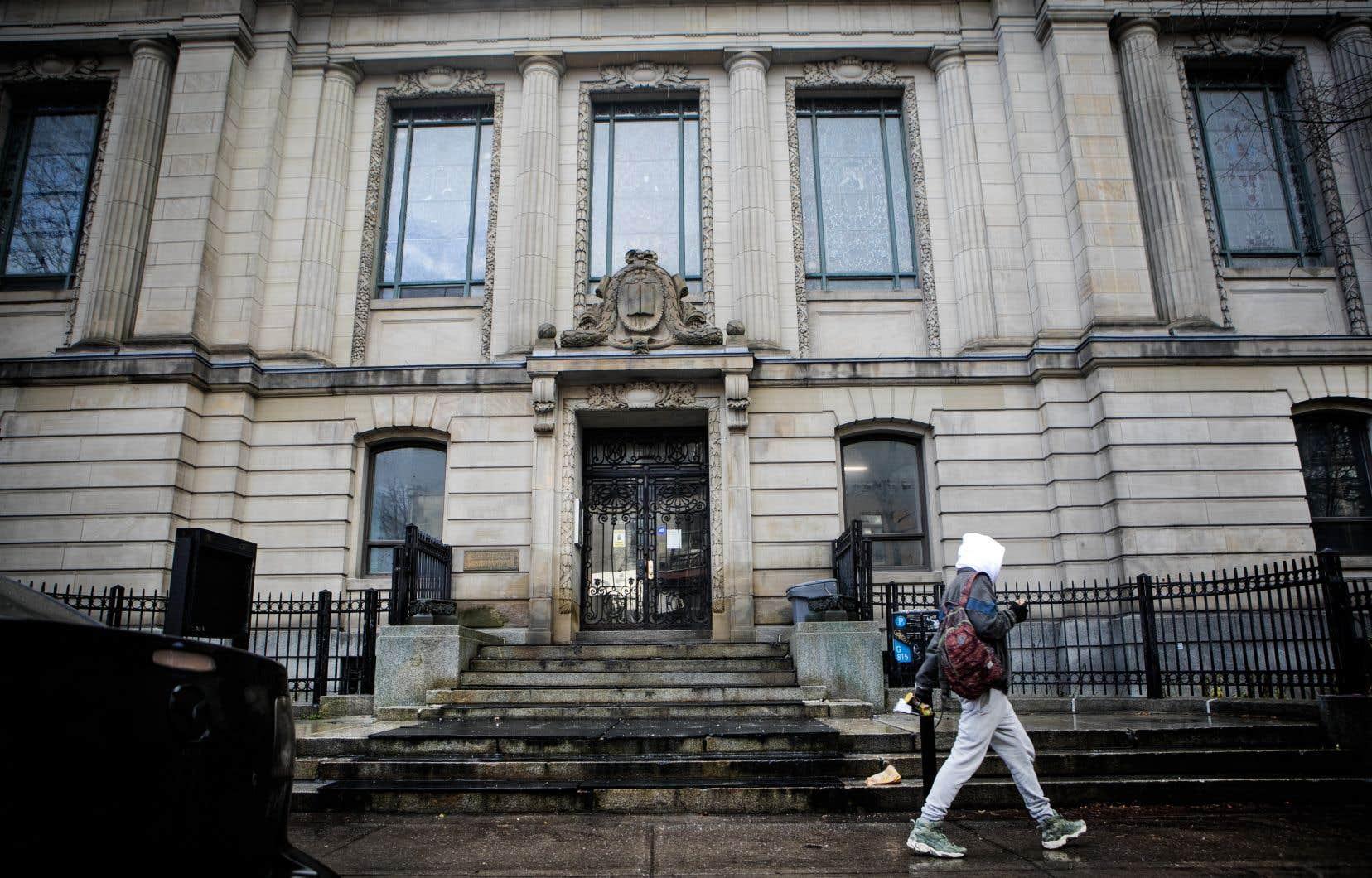 Construit en 1914 par l'architecte Eugène Payette, l'édifice de l'ancienne bibliothèque Saint-Sulpice, rue Saint-Denis, à Montréal, a été classé bien patrimonial en 1988.
