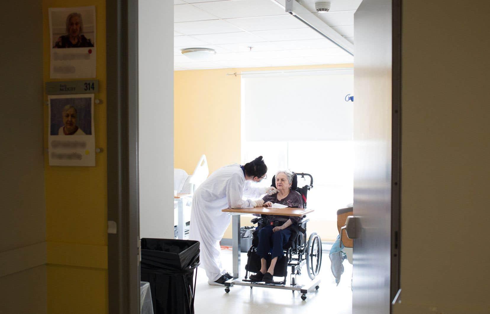 Le gouvernement Trudeau souhaite imposer aux provinces des normes nationales quant à la qualité des soins prodigués dans les centres d'hébergement et de soins de longue durée pour personnes âgées.