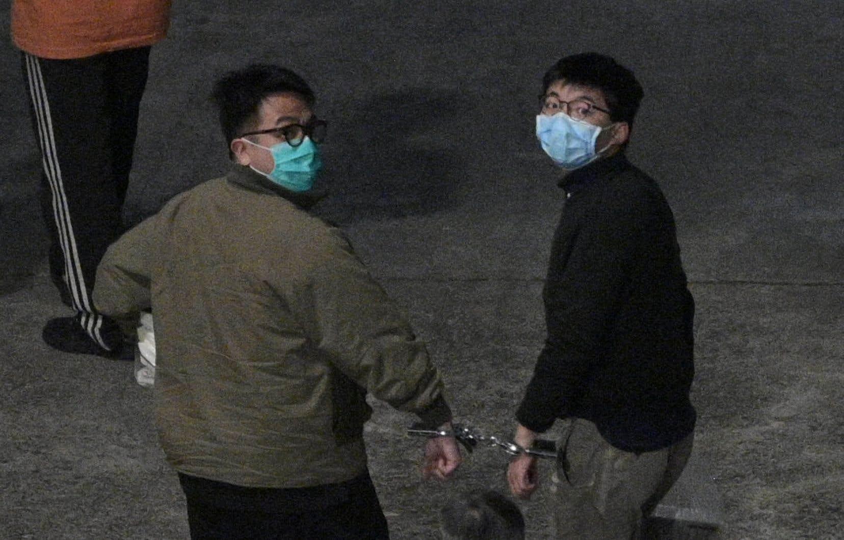 Joshua Wong (à droite) a été condamné à 13 mois et demi de prison. Ses camarades Agnes Chow et Ivan Lam (à gauche) ont été condamnés respectivement à dix et sept mois de détention.
