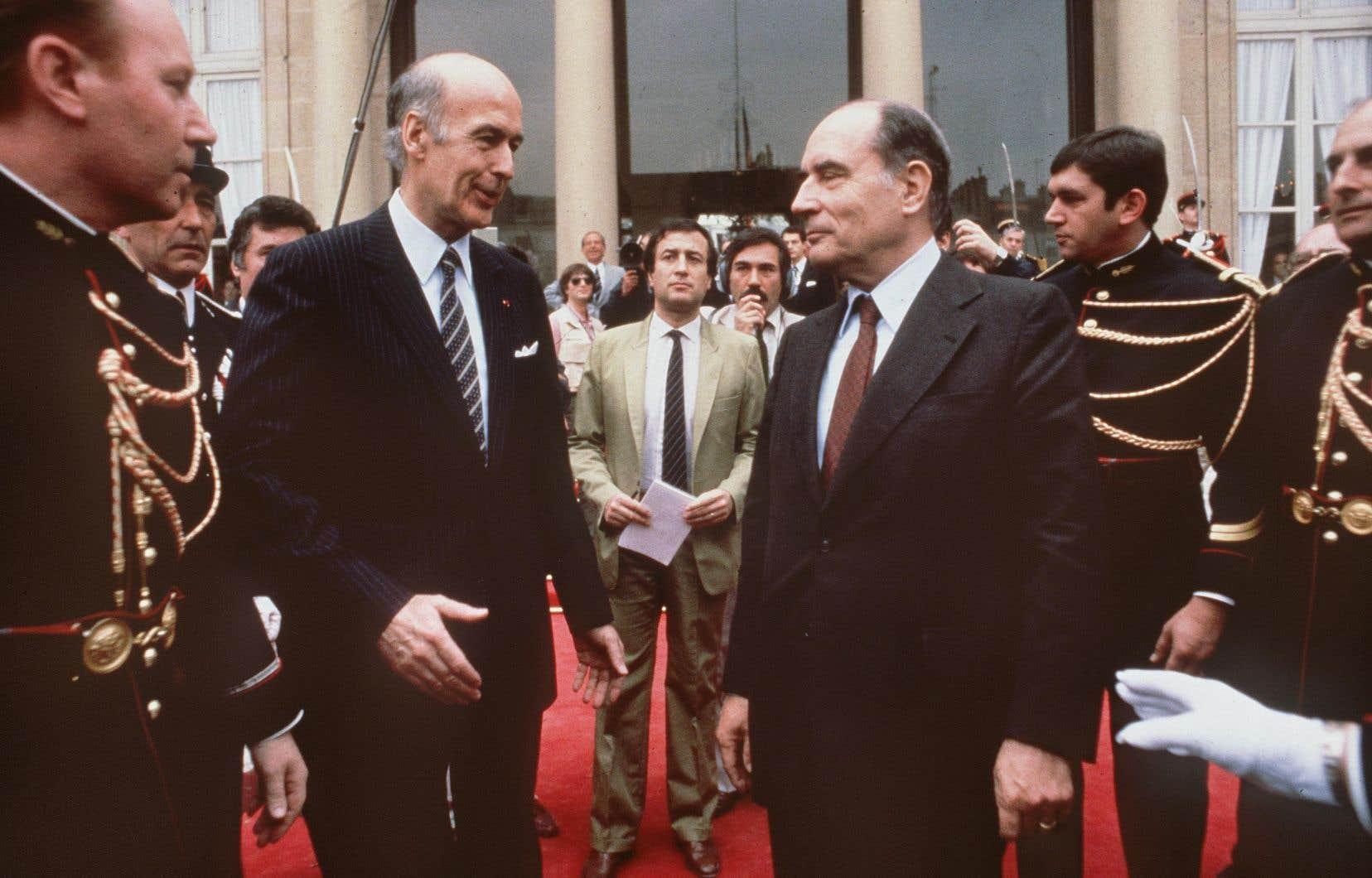 L'ancien président français Valery Giscard d'Estaing (à gauche) s'apprête à serrer la main de son successeur François Mitterrand avant de quitter définitivement l'Élysée après le transfert du pouvoir, le 21 mai 1981.
