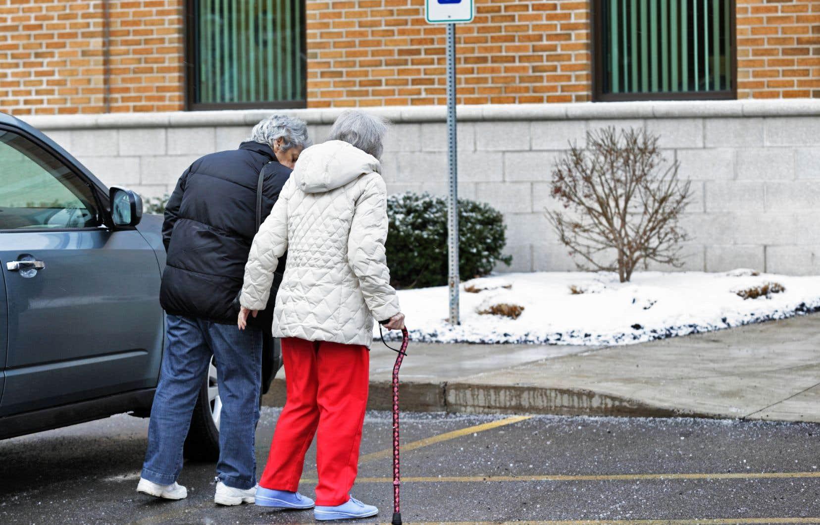 Dans certains établissements, si l'usager n'a pas besoin d'assistance pour se déplacer à l'intérieur, le bénévole ne peut demeurer dans l'installation.