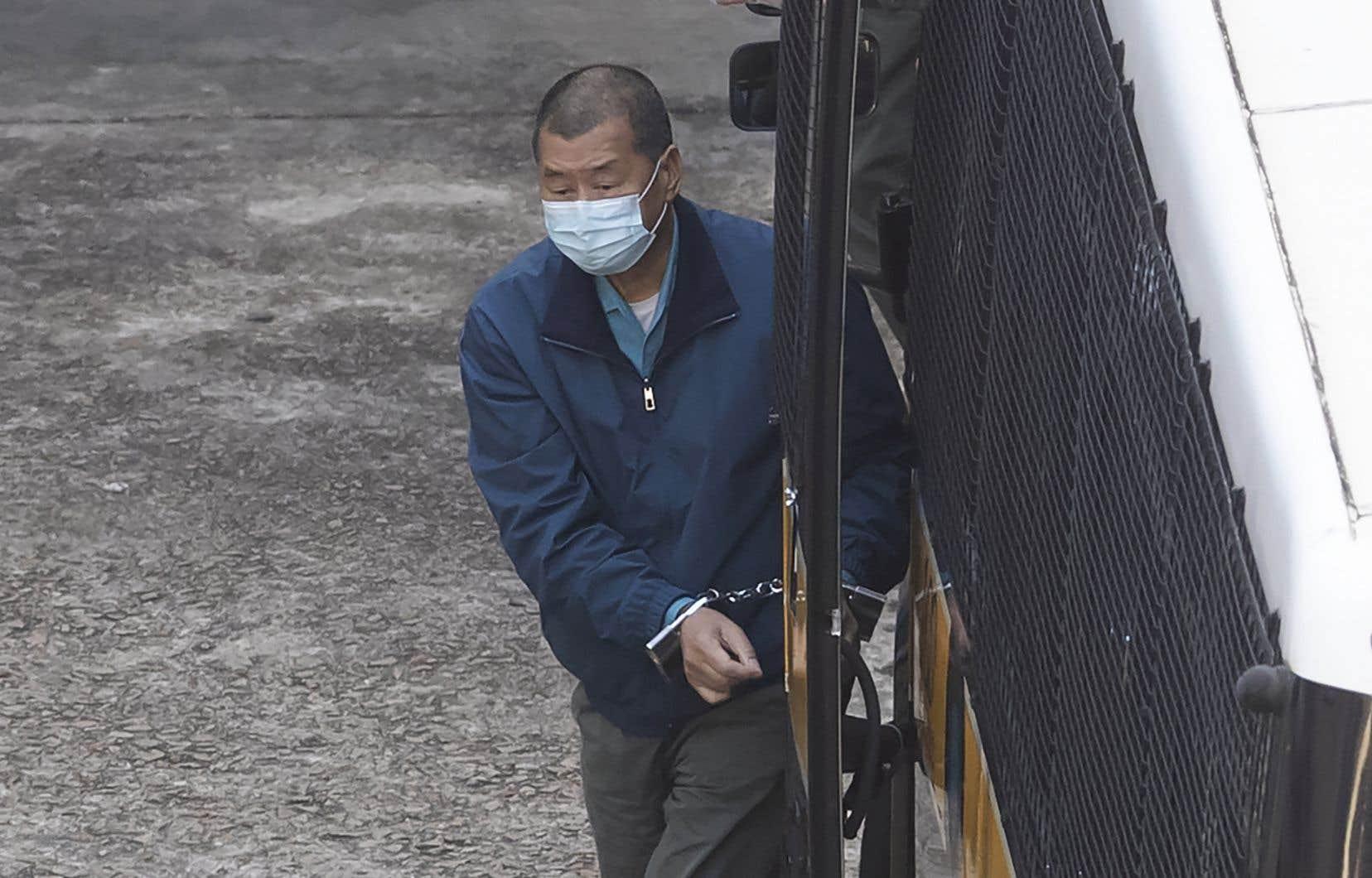 Jeudi, le tribunal qui examinait les poursuites pour fraude a refusé la libération sous caution demandée par M.Lai. Cela signifie que le richissime homme d'affaires, qui a par la suite été photographié menotté par les médias à son arrivée dans la prison, passera les prochains mois derrière les barreaux.