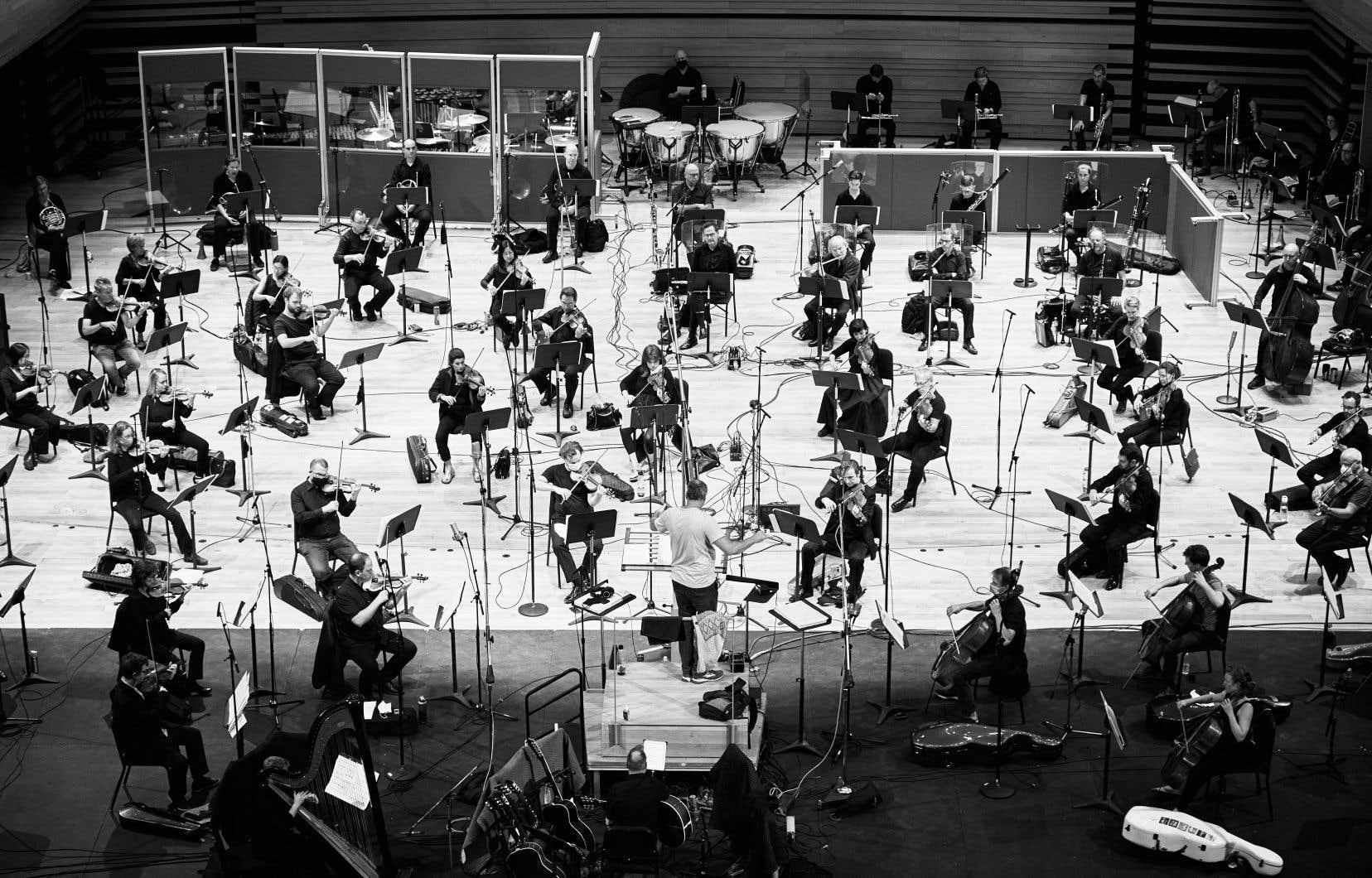 Transformer les chansons du groupe folk rock Harmonium en une symphonie, tel est le défi que se sont lancé le président de GSI Musique, Nicolas Lemieux, et l'orchestrateur, arrangeur, chef d'orchestre et compositeur Simon Leclerc, qui ont enregistré ce nouvel album avec l'OSM.
