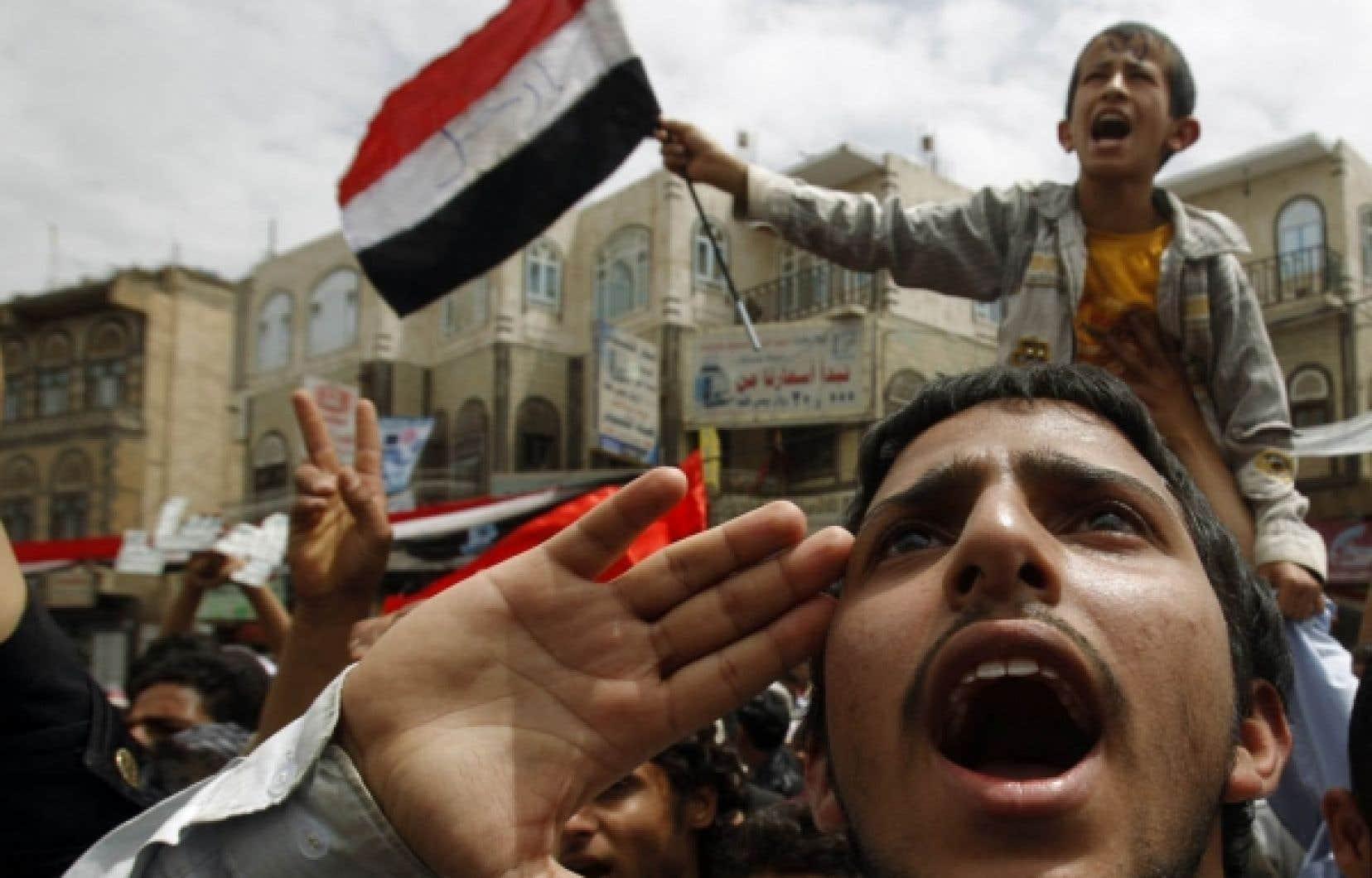 Des protestataires antigouvernement scandaient des slogans hier aux abords de l'Université de Sanaa. <br />