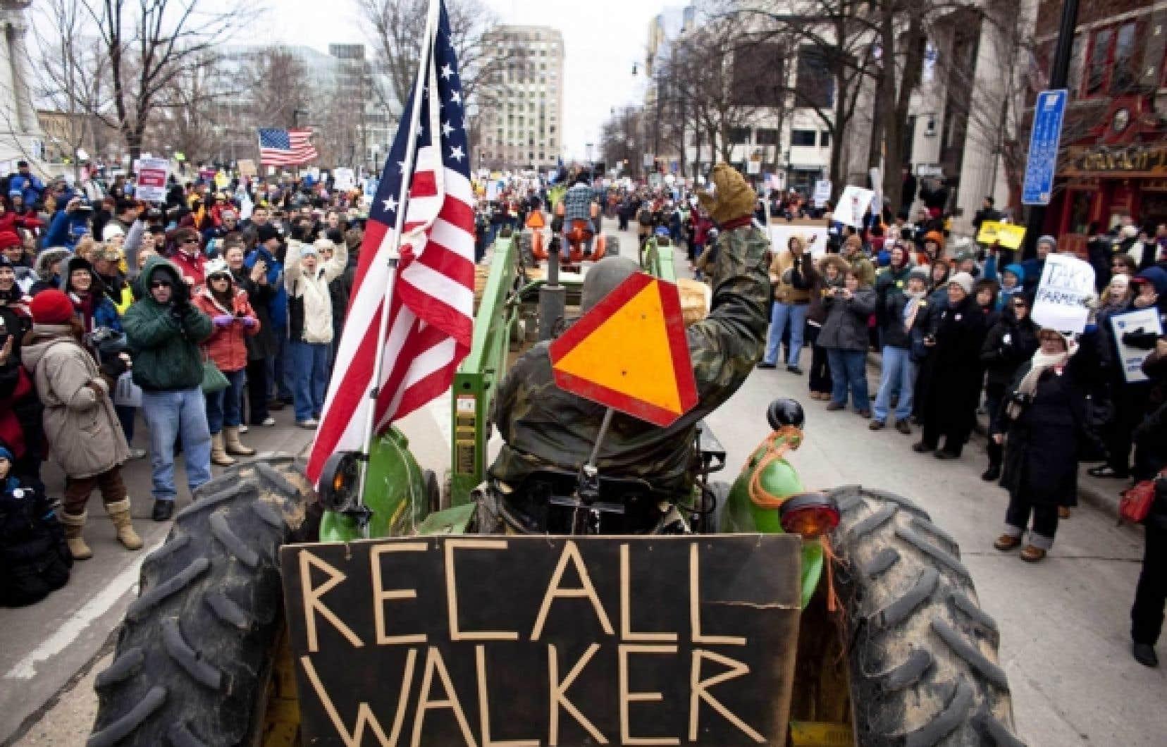 Des dizaines de fermiers mont&eacute;s sur leurs tracteurs se sont joints aux manifestants qui se dirigeaient vers le parlement du Wisconsin, samedi. <br />