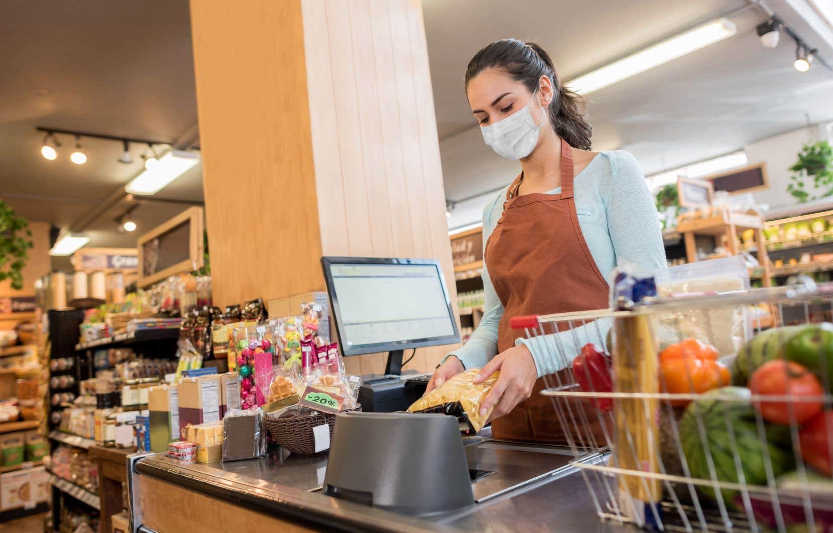 Beaucoup d'employés dans des commerces jugés essentiels, comme les supermarchés, reçoivent le salaire minimum.