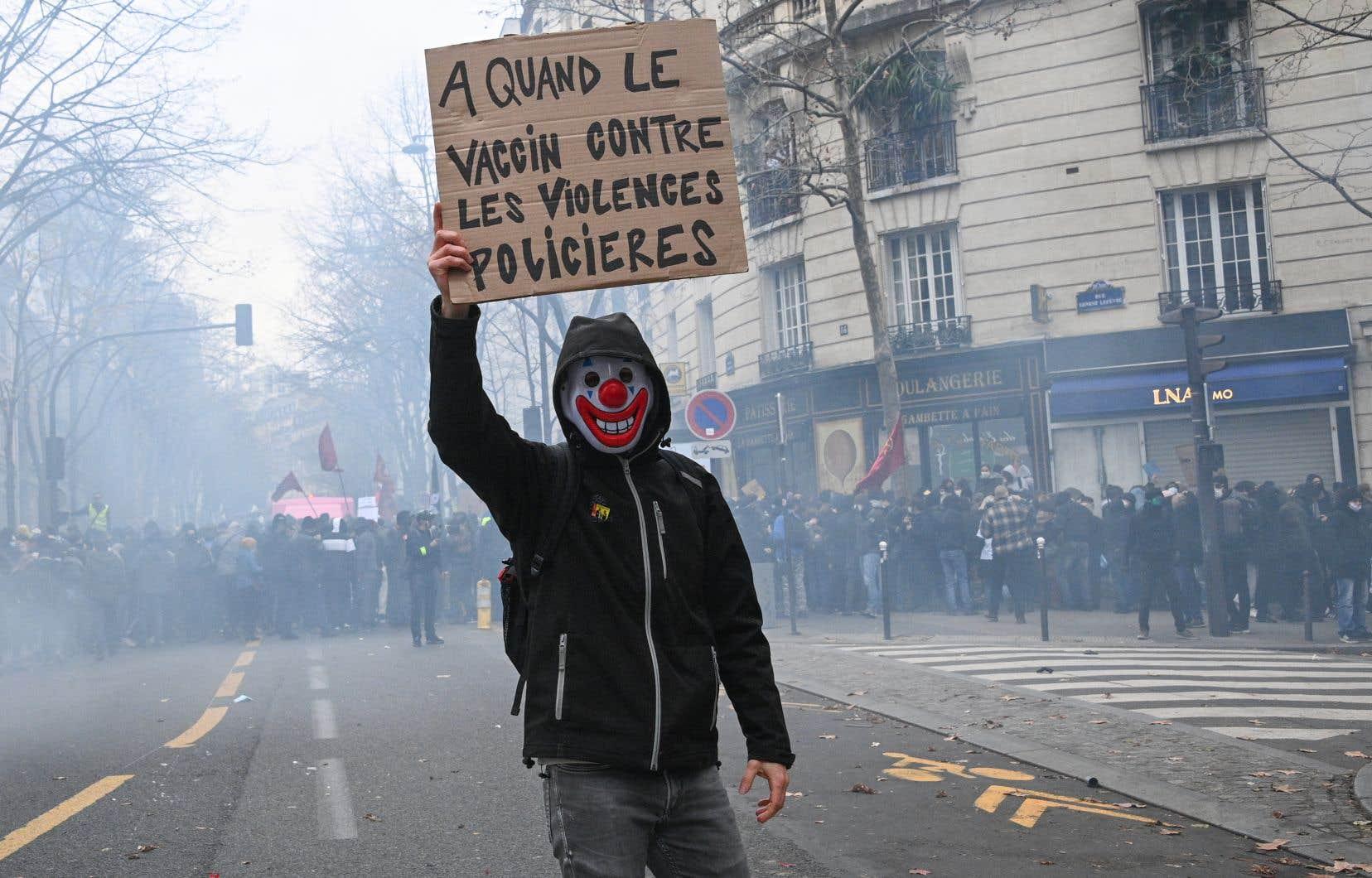Au milieu de ballons syndicaux, le défilé parisien se déroulait dans la fumée des fumigènes et le bruit des pétards, au son notamment de «Tout le monde déteste la police».