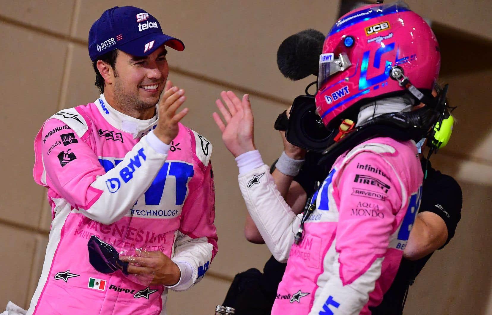 Sergio Perez, vainqueur dimanche, a été félicité par son coéquiper d'écurie Lance Stroll, qui n'avait pas encore pris le temps de retirer son casque.