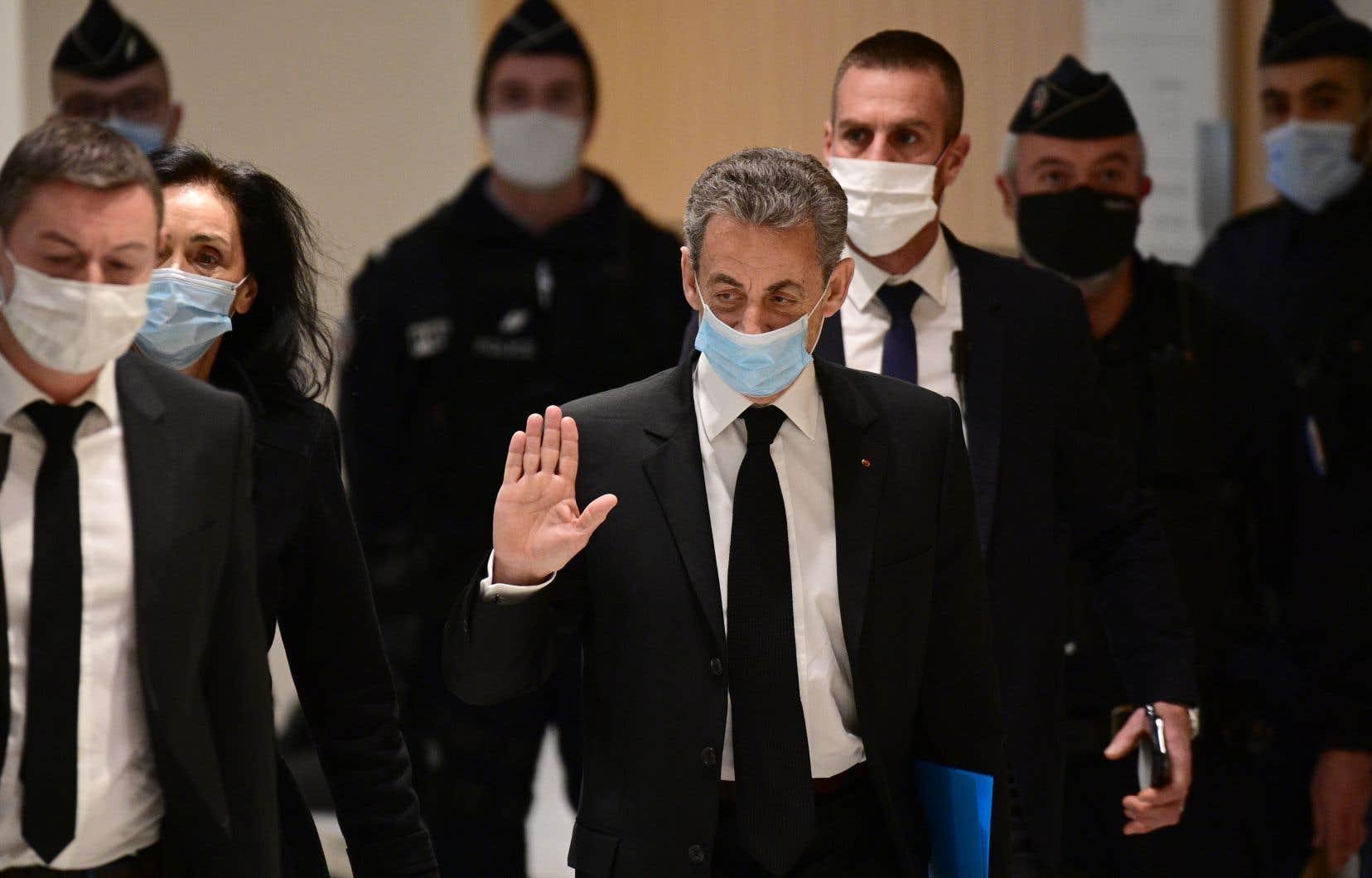 L'ex-président français Nicolas Sarkozy à son arrivée au procès dit des écoutes, lundi au palais de justice de Paris