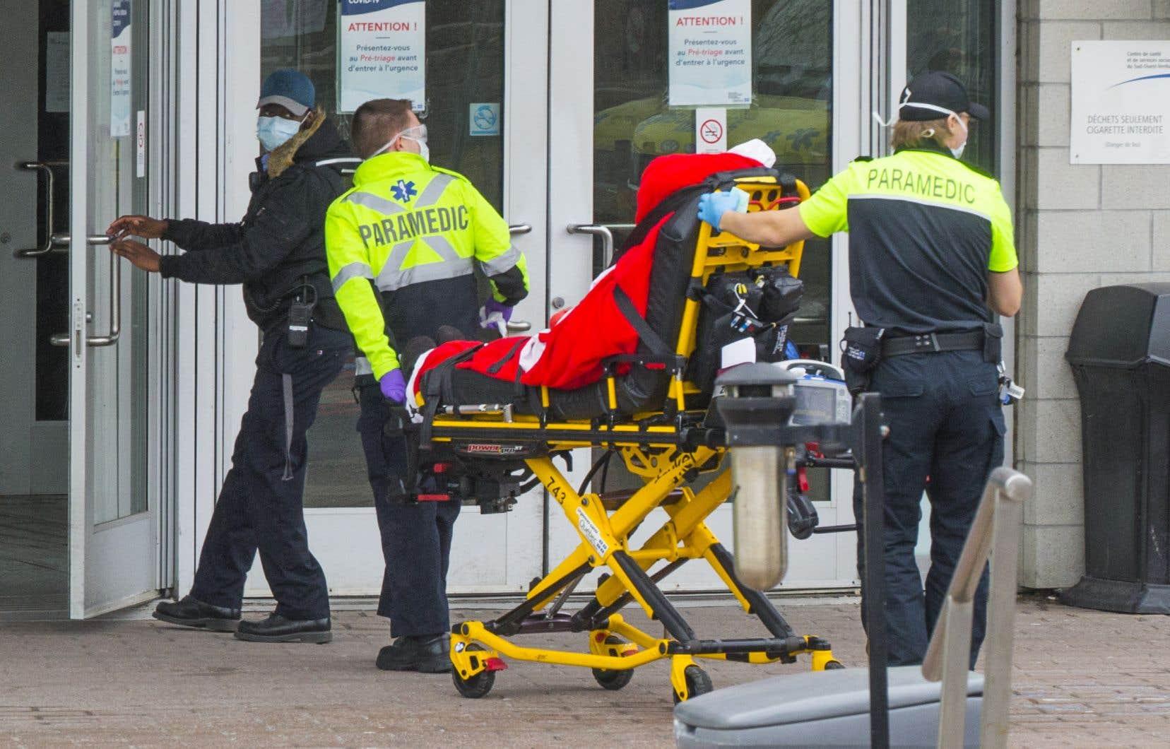 Dans plusieurs régions, la capacité d'accueil des urgences était dépassée lundi, atteignantplus de 150% dans Lanaudière et plus de 100% à Montréal, entre autres.