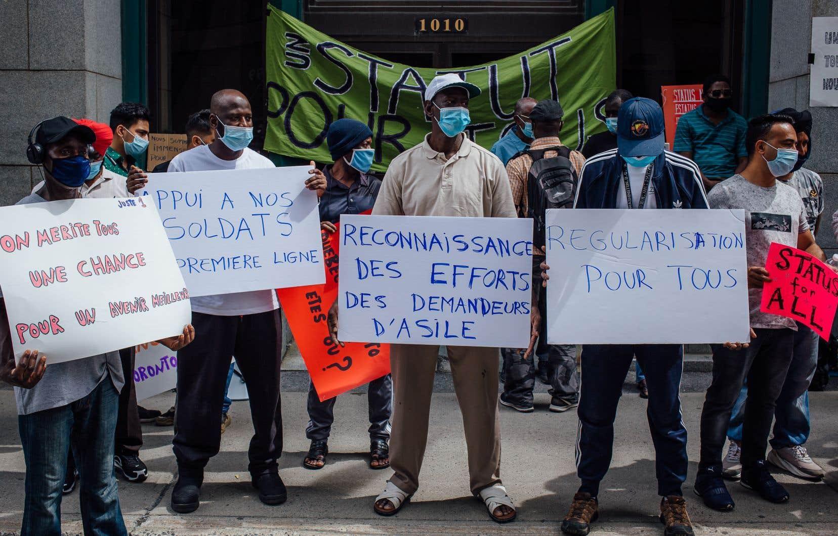 Plusieurs manifestations réclamant un statut migratoire pour les demandeurs d'asile, dont les «anges gardiens», se sont tenues l'été dernier à Montréal.