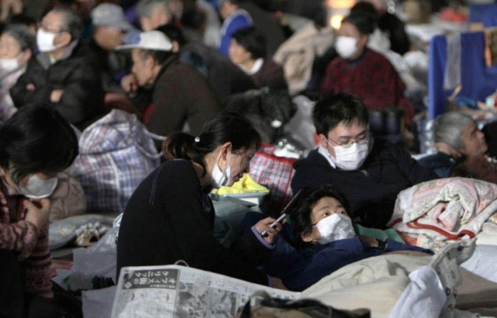 Des survivants du s&eacute;isme et du tsunami ont trouv&eacute; refuge dans un centre d&rsquo;&eacute;vacuation de Watari, dans la province de Miyagi. Aux difficult&eacute;s des sinistr&eacute;s japonais s&rsquo;ajoute la crainte qu&rsquo;un grave accident nucl&eacute;aire ne provoque une vaste contamination.<br />