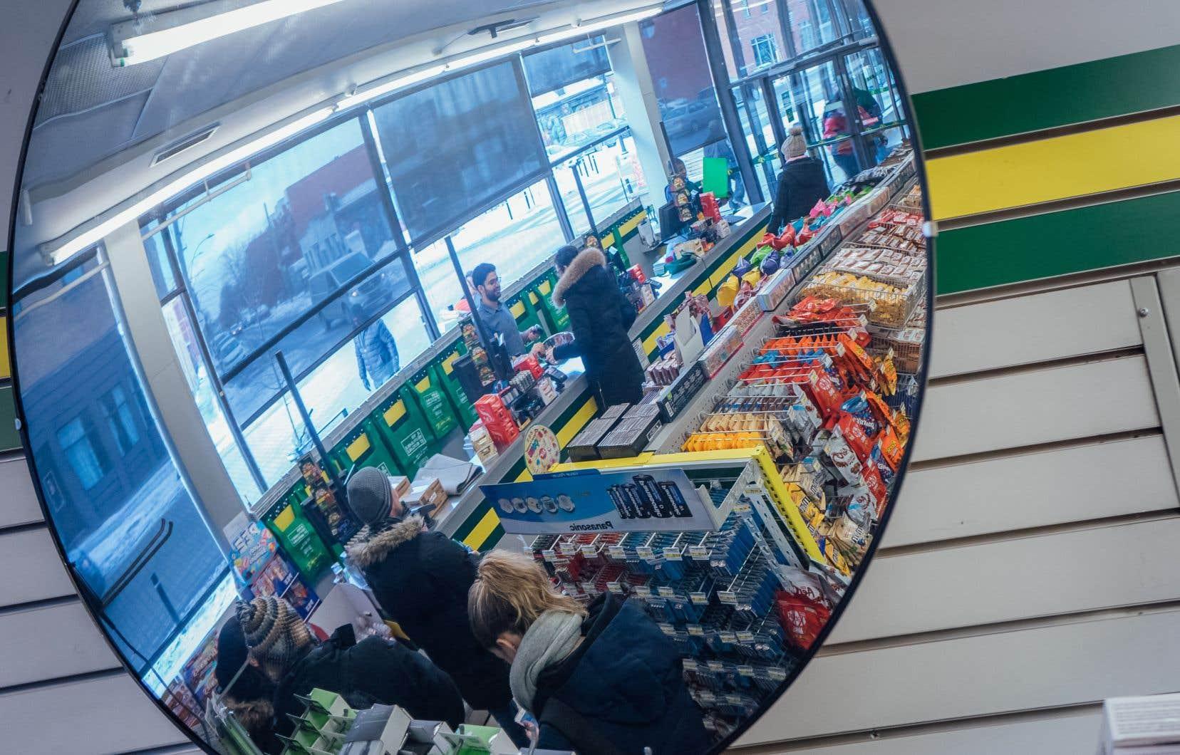 Depuis le début de la pandémie, les enseignes comme Dollarama tirent leur épingle du jeu dans un contexte où les consommateurs ont réduit leurs dépenses discrétionnaires, mais ont continué d'acheter de la nourriture et des articles ménagers jugés essentiels.