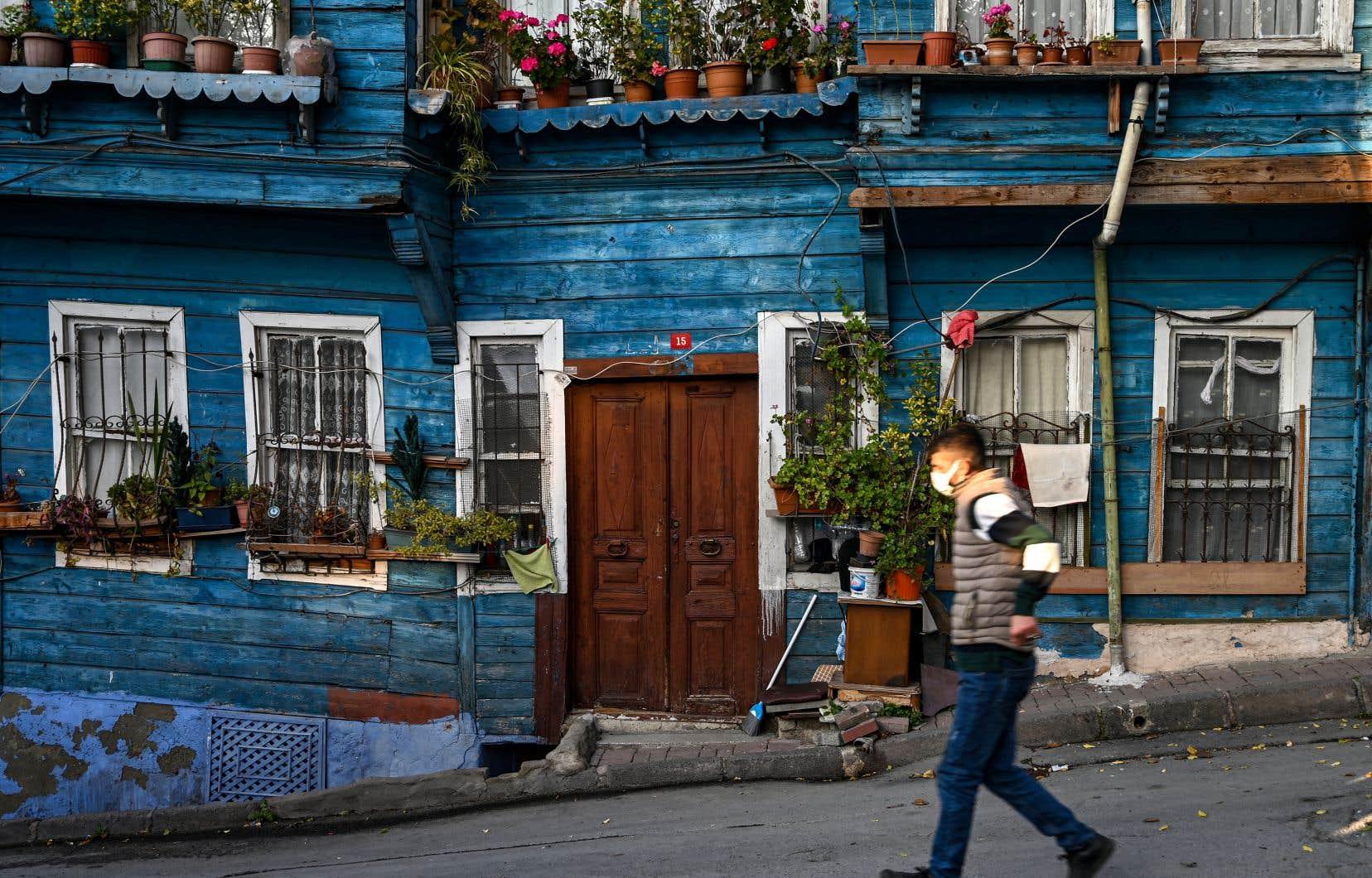 Confrontée à une flambée des cas de COVID-19, la Turquie a renforcé fin novembre les restrictions en place avec l'introduction d'un couvre-feu total pendant le week-end et partiel en semaine.