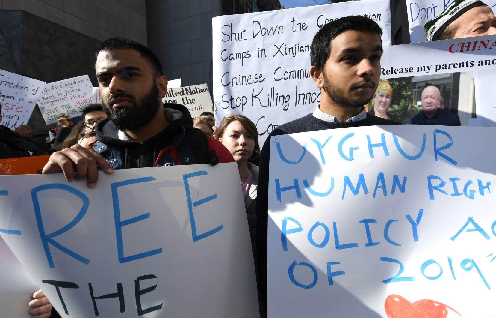 Des manifestants dénonçant les violations des droits de la personne des Ouïghours — une minorité musulmane contre laquelle Pékin mène une politique répressive au nom de la lutte antiterroriste