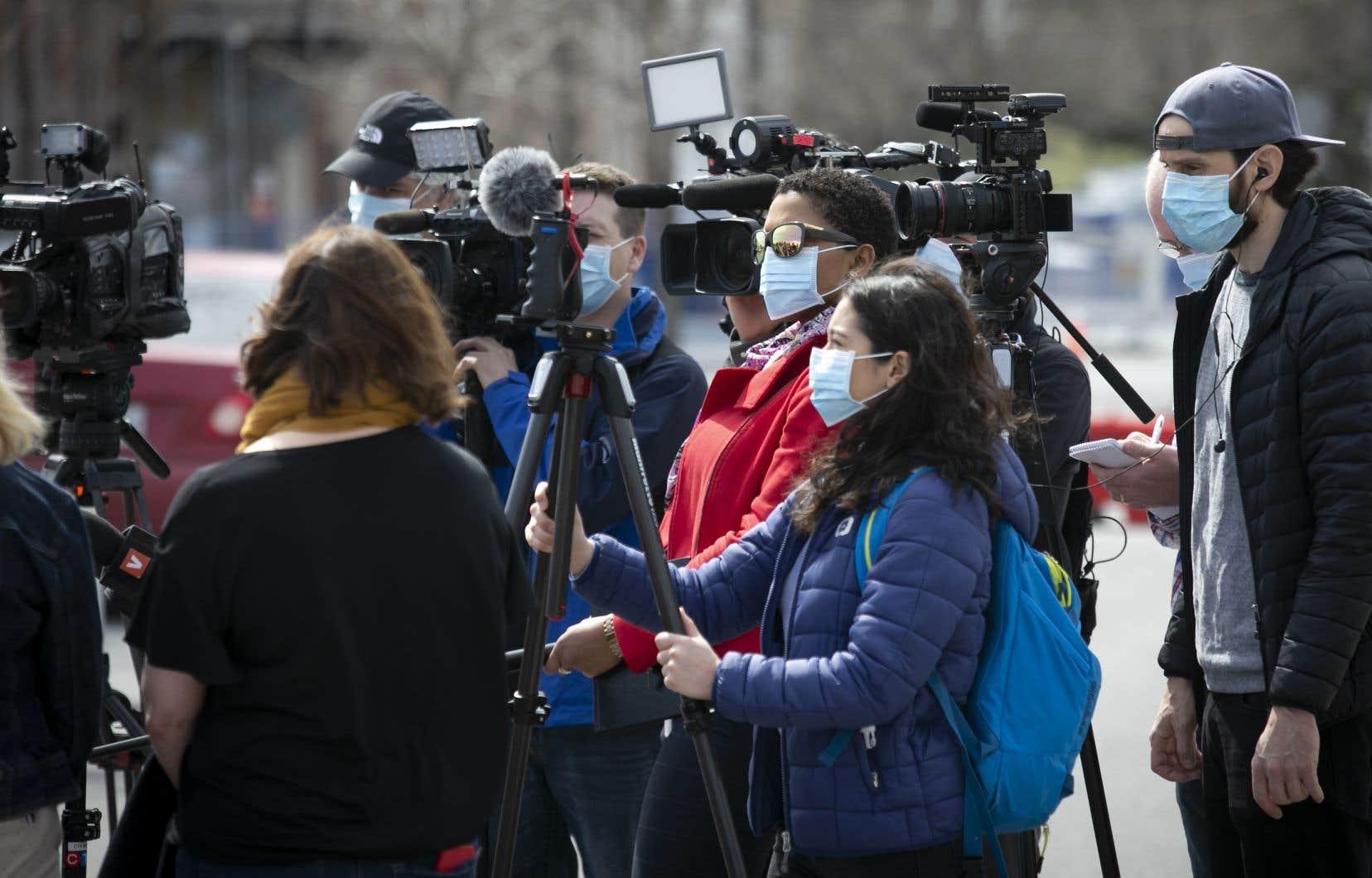 Des journalistes lors d'une mêlée de presse devant l'hôpital de Verdun, à Montréal, en avril 2020