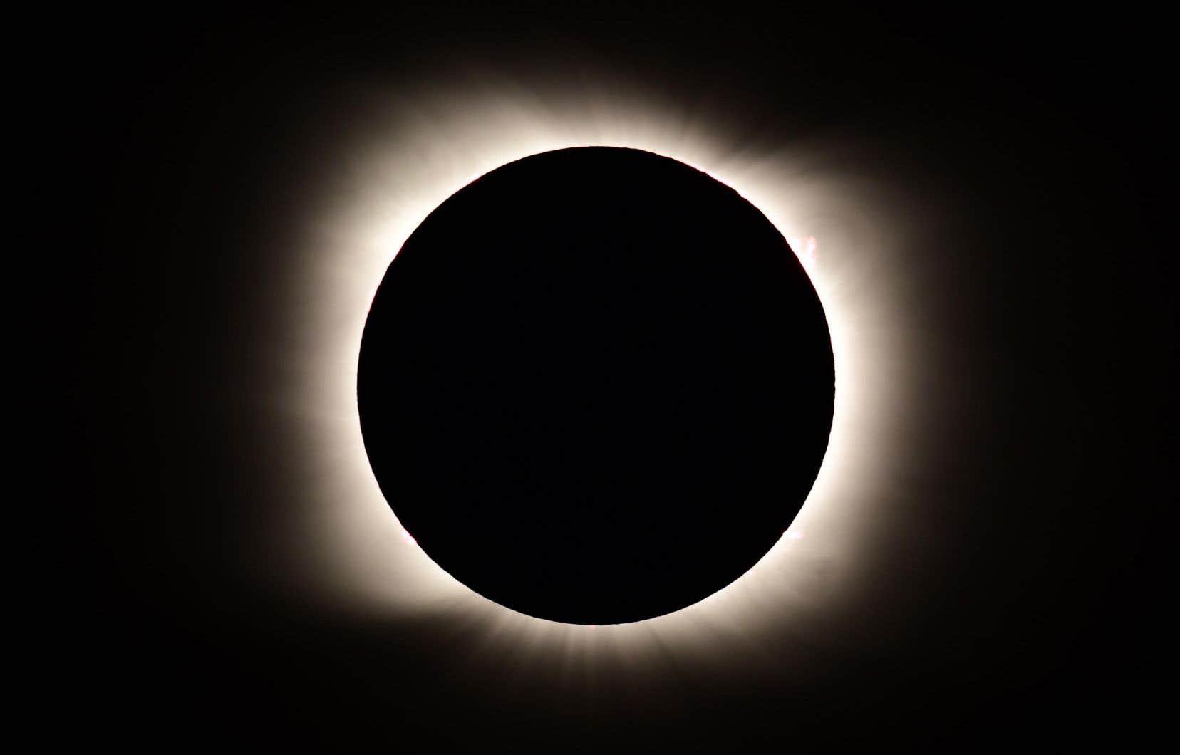 Le sud du Chili et de l'Argentine a été plongé dans l'obscurité pendant plus de deux minutes lundi en début d'après-midi, quand la lune a totalement recouvert le disque solaire.
