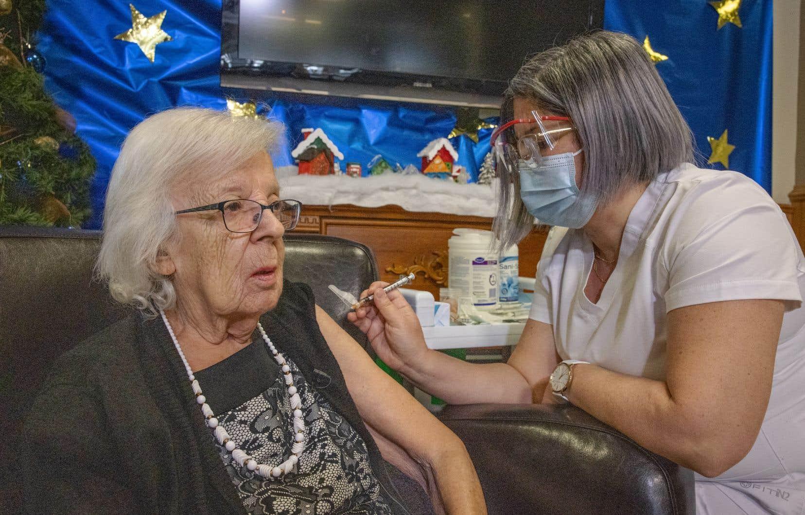 Les images de la première personne vaccinée ont été fournies par le gouvernement du Québec. Plusieurs médias ont demandé à avoir accès à cet évènement, mais la Santé publique a refusé cette demande en évoquant que les établissements en question étaient des foyers d'éclosion.