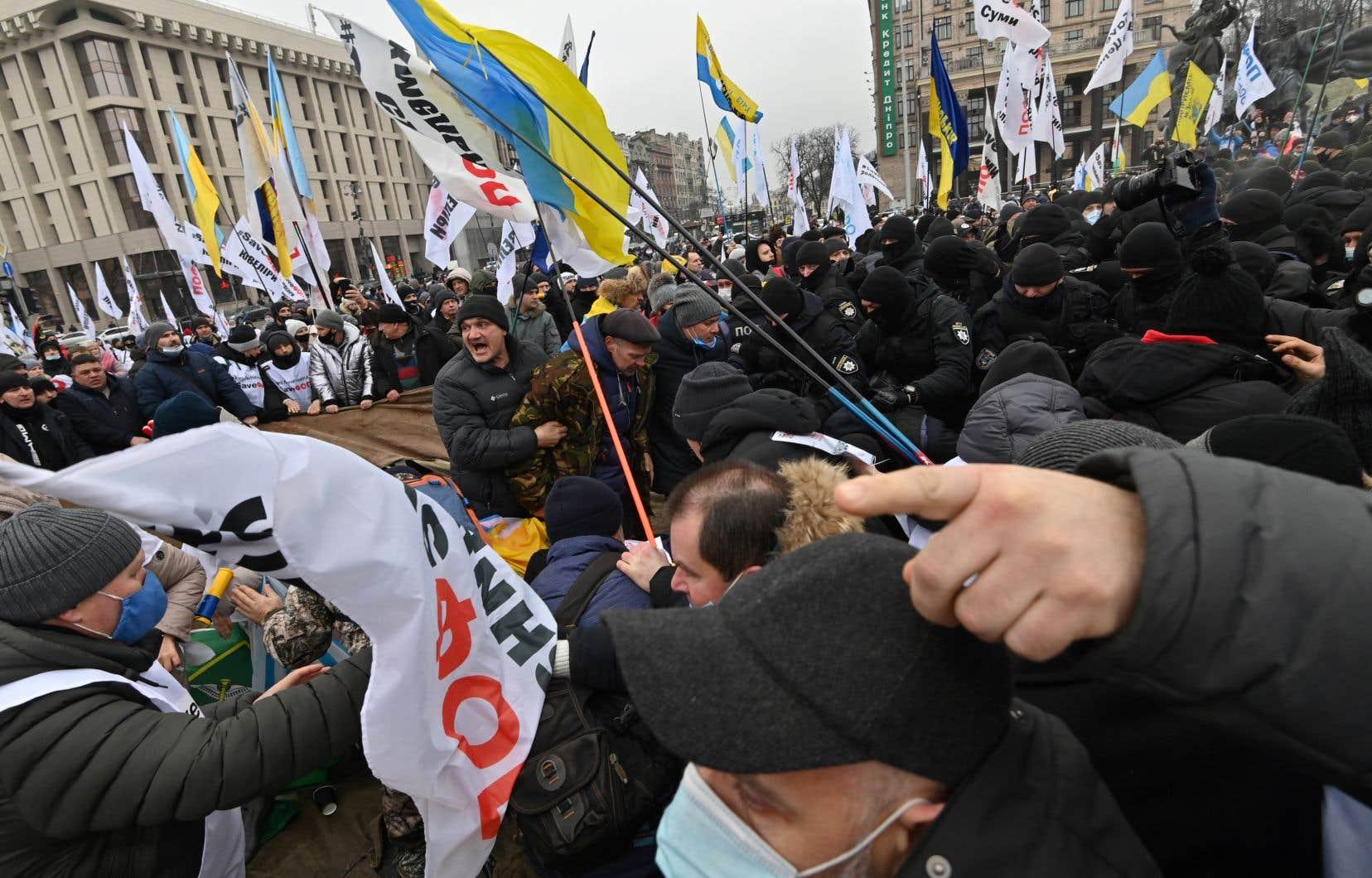 En Ukraine, ex-république soviétique au système de santé délabré, confrontée à une sévère deuxième vague de contaminations, des manifestations contre le confinement ont entraîné, mardi, à Kiev, des heurts qui ont notamment blessé une quarantaine de policiers.