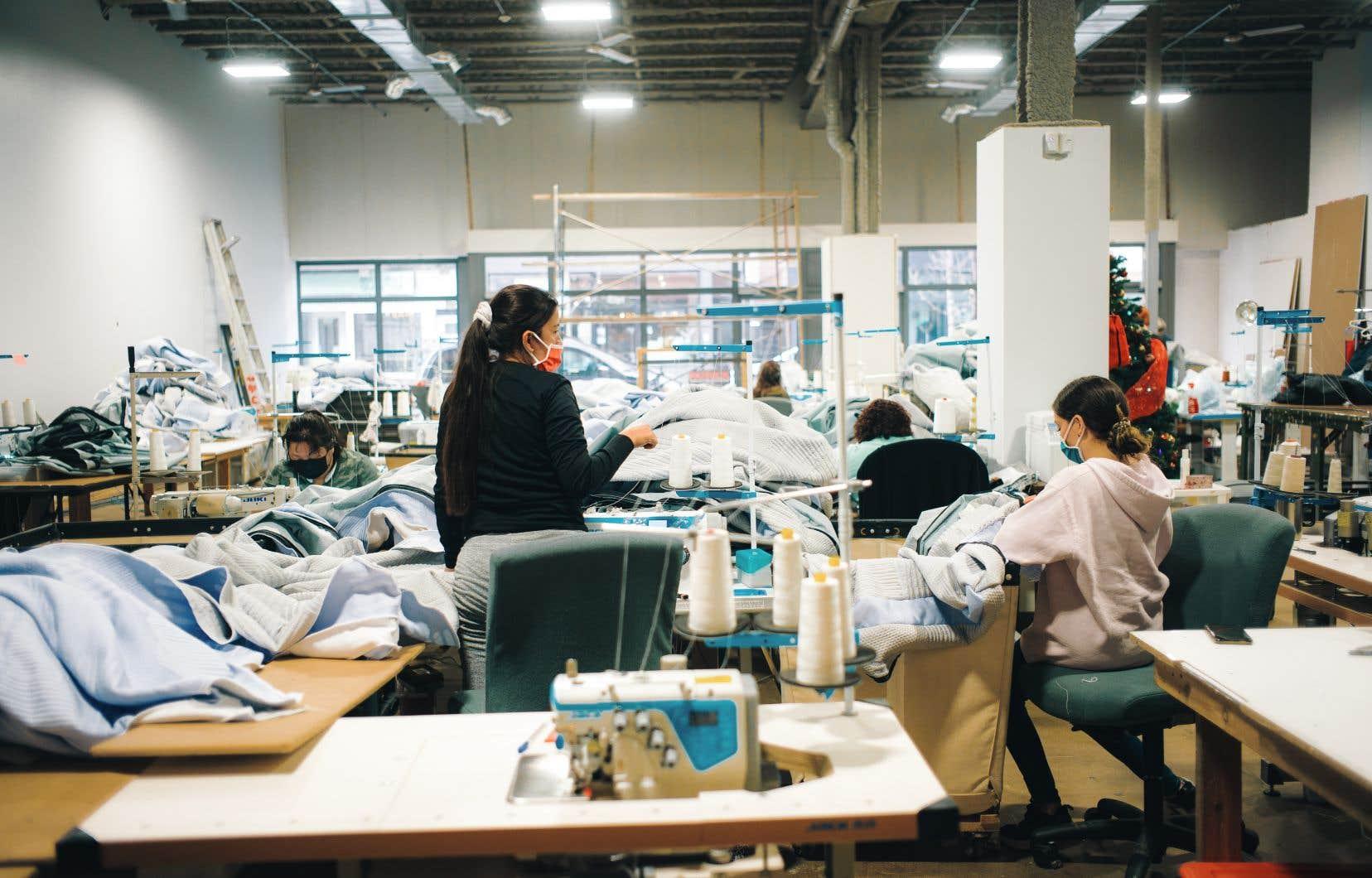 La coopérative d'Hochelaga-Maisonneuve Couturières Pop a eu comme premier gros mandat de produire 350 000 masques dans le contexte pandémique.