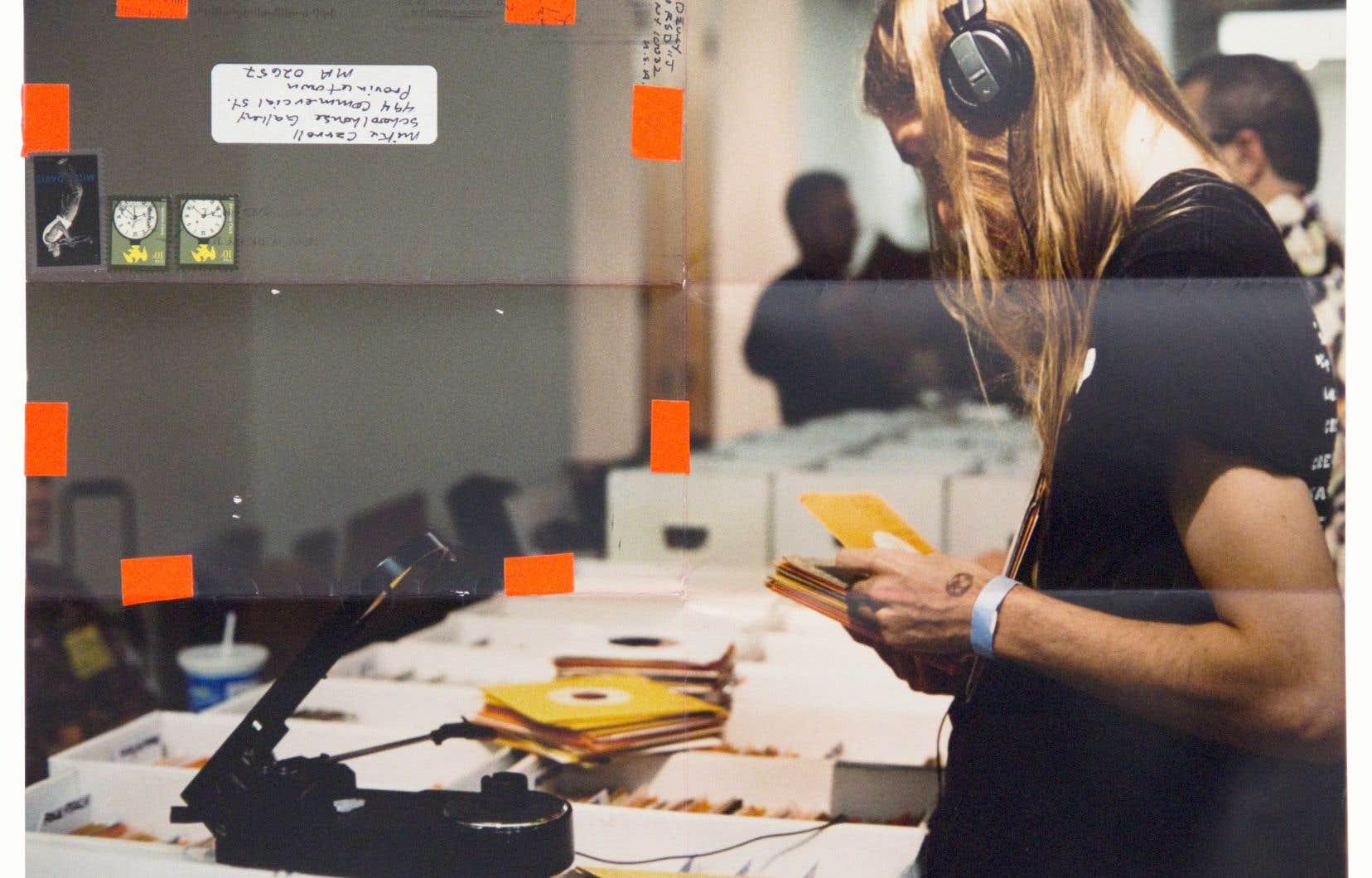 Moyra Davey, «Les fervents» (détail), 2013. Douze épreuves à développement chromogène, ruban adhésif, timbres postaux, encre. Collection de l'artiste, avec l'autorisation de greengrassi à Londres, et de la galerie Buchholz, à Berlin, Cologne et New York.