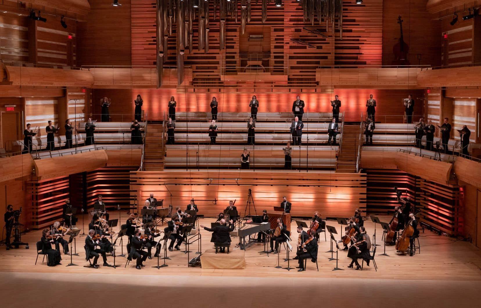 Lors d'un concert de l'OSM célébrant le temps des Fêtes, les choristes étaient disposés dans les gradins plutôt que sur la scène.