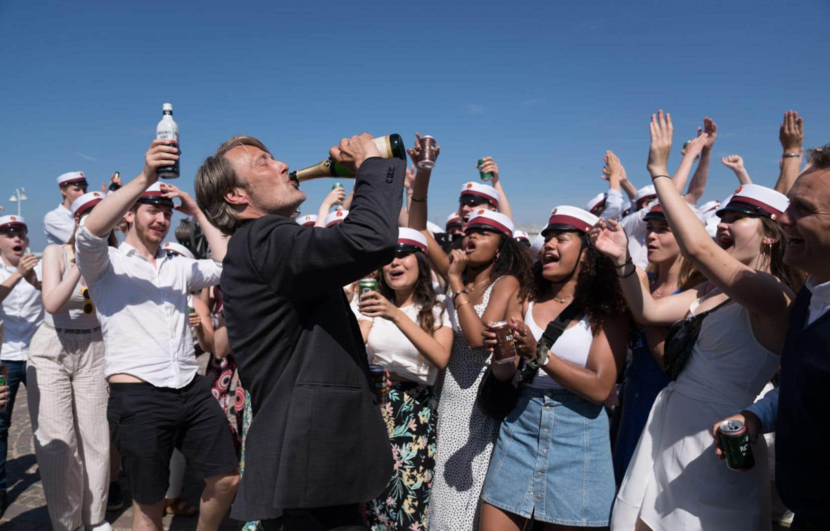 En toile de fond des frasques de Martin (Mads Mikkelsen) et de sa bande, le film montre une société danoise où la consommation rituelle d'alcool est bien implantée.