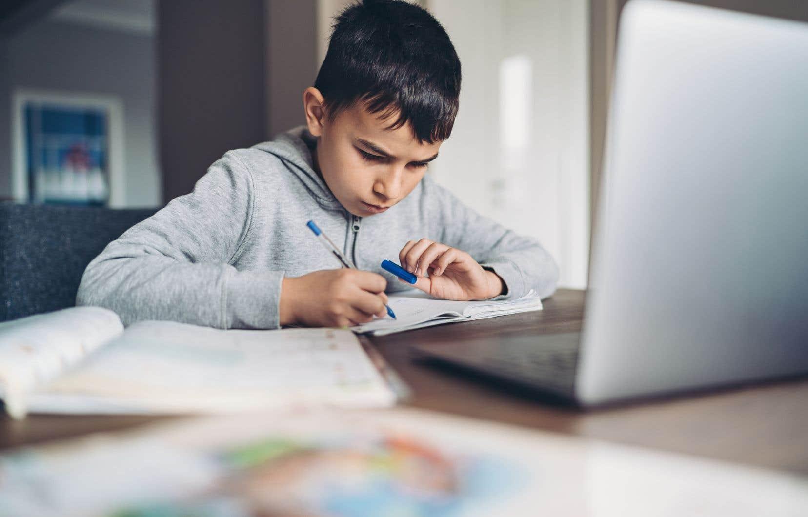 «Dans certains quartiers, rares sont les familles qui possèdent le matériel informatique nécessaire pour suivre d'éventuels cours à distance», écritJosiane Cossette.