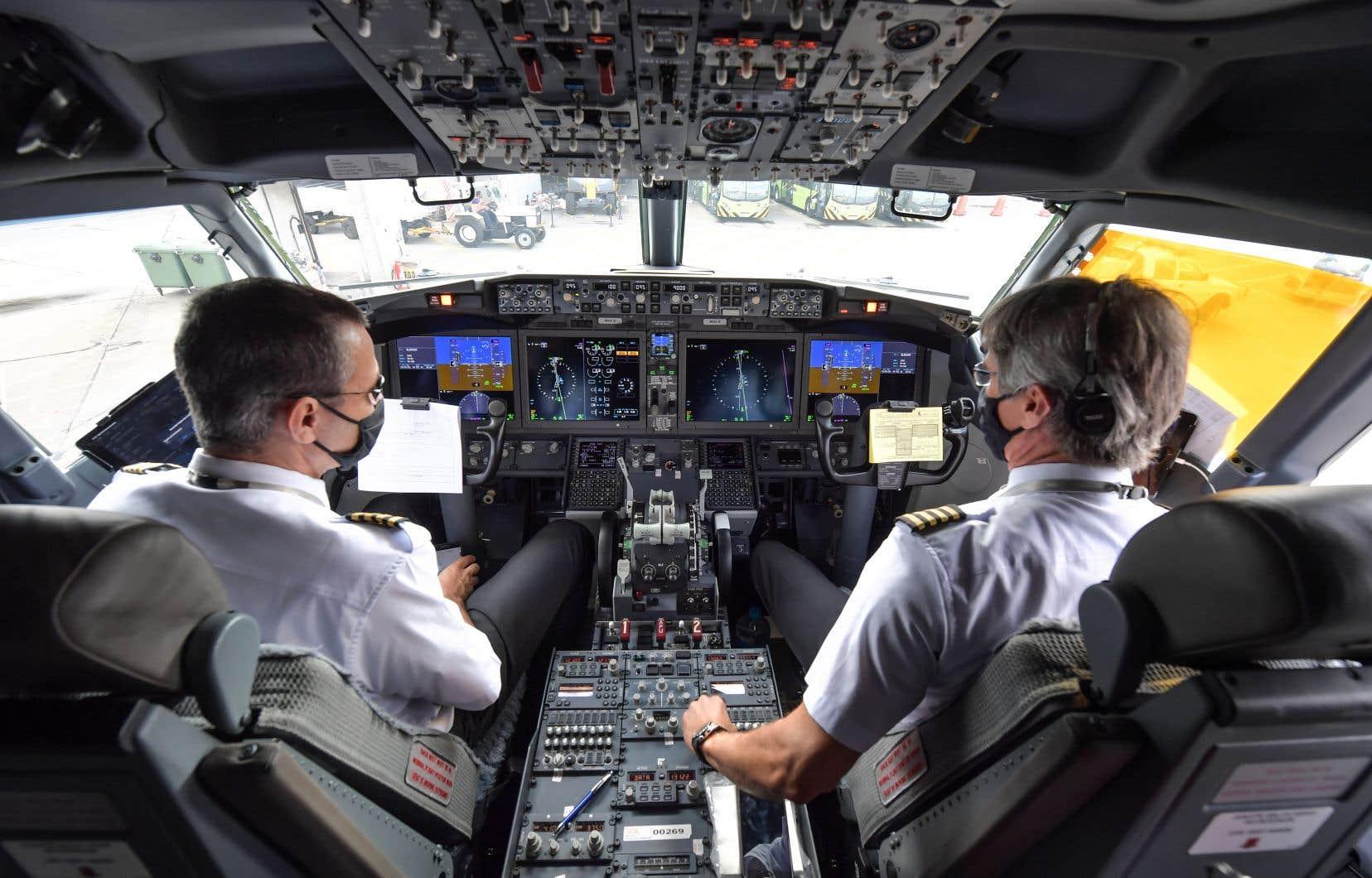 Des pilotes de la compagnie brésilienne Gol Transportes Aéreos se préparent pour le décollage de leur Boeing 737 MAX, le 9 décembre dernier.
